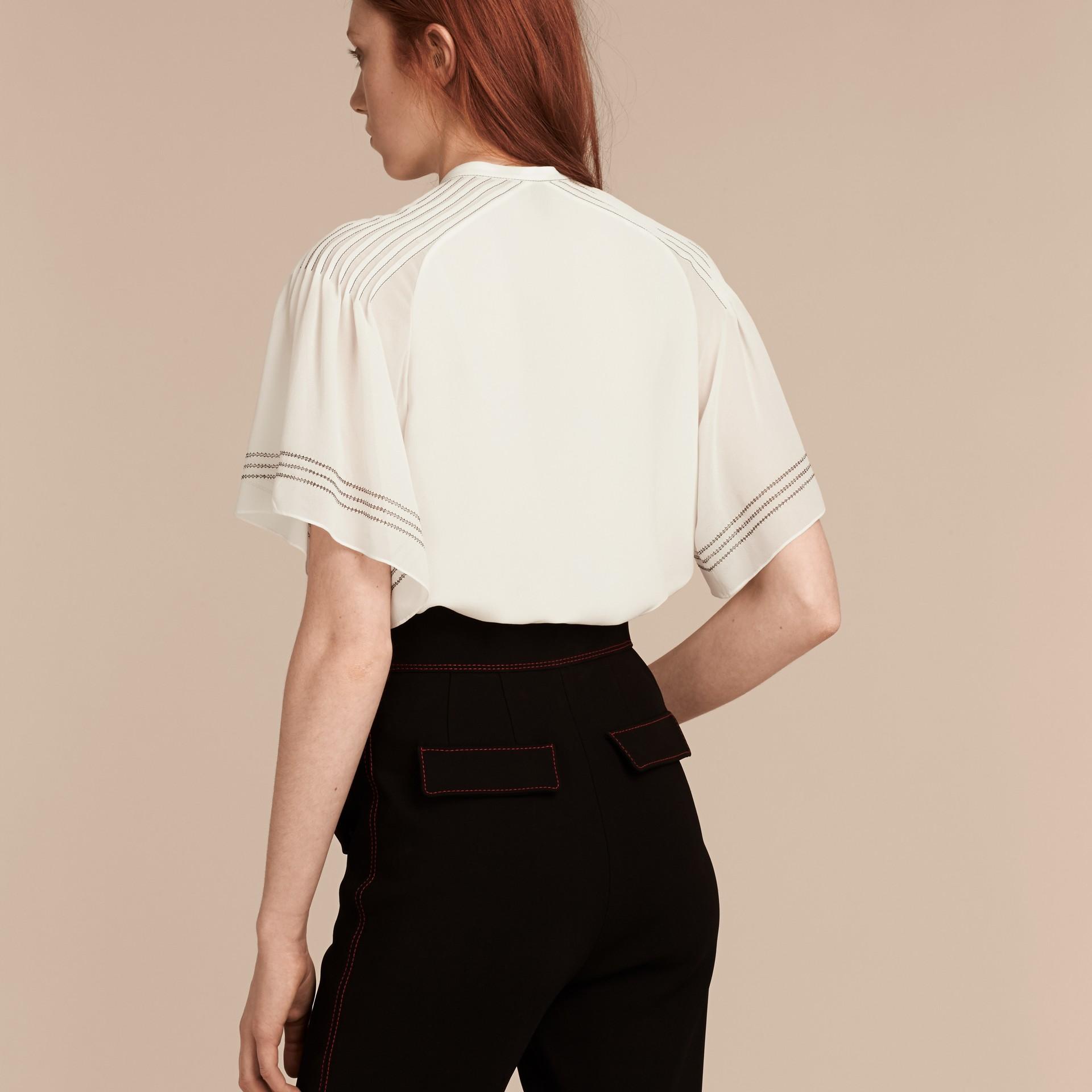 Bianco Blusa in seta con maniche stile mantella - immagine della galleria 3