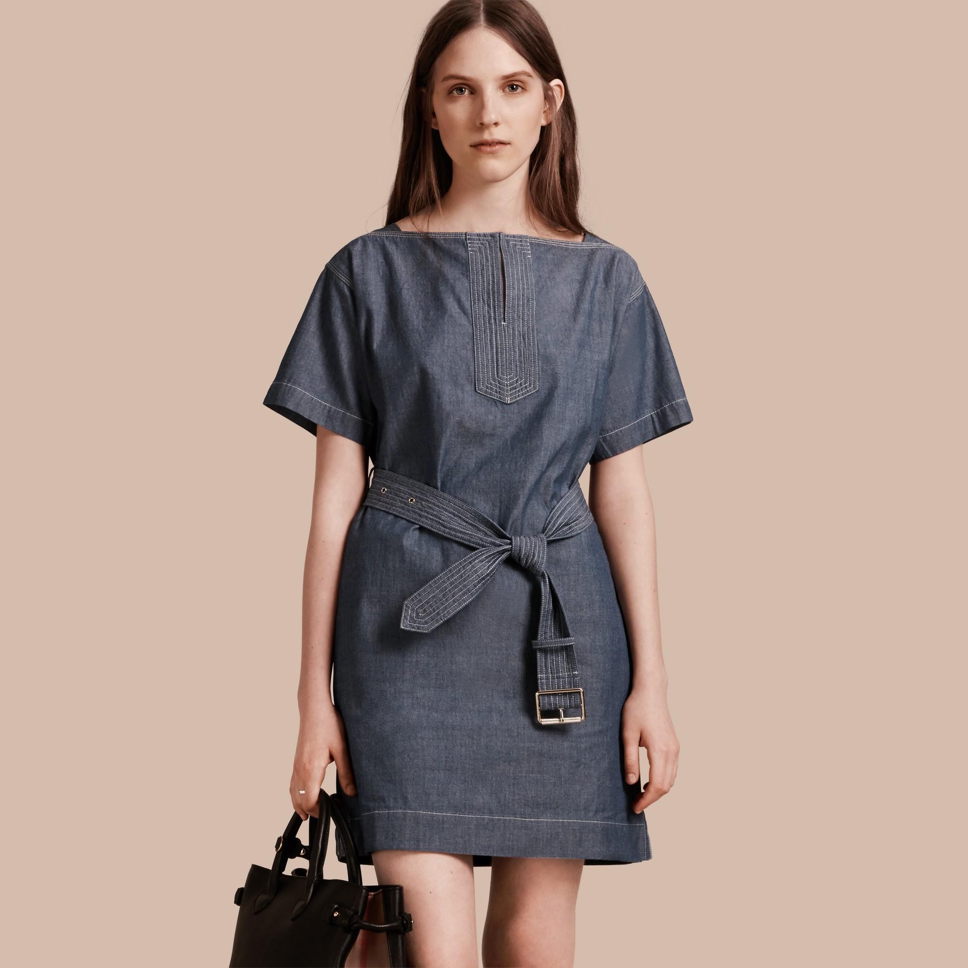 라이트 인디고 벨트 쇼트 슬리브 샴브레이 코튼 드레스 - 갤러리 이미지 1