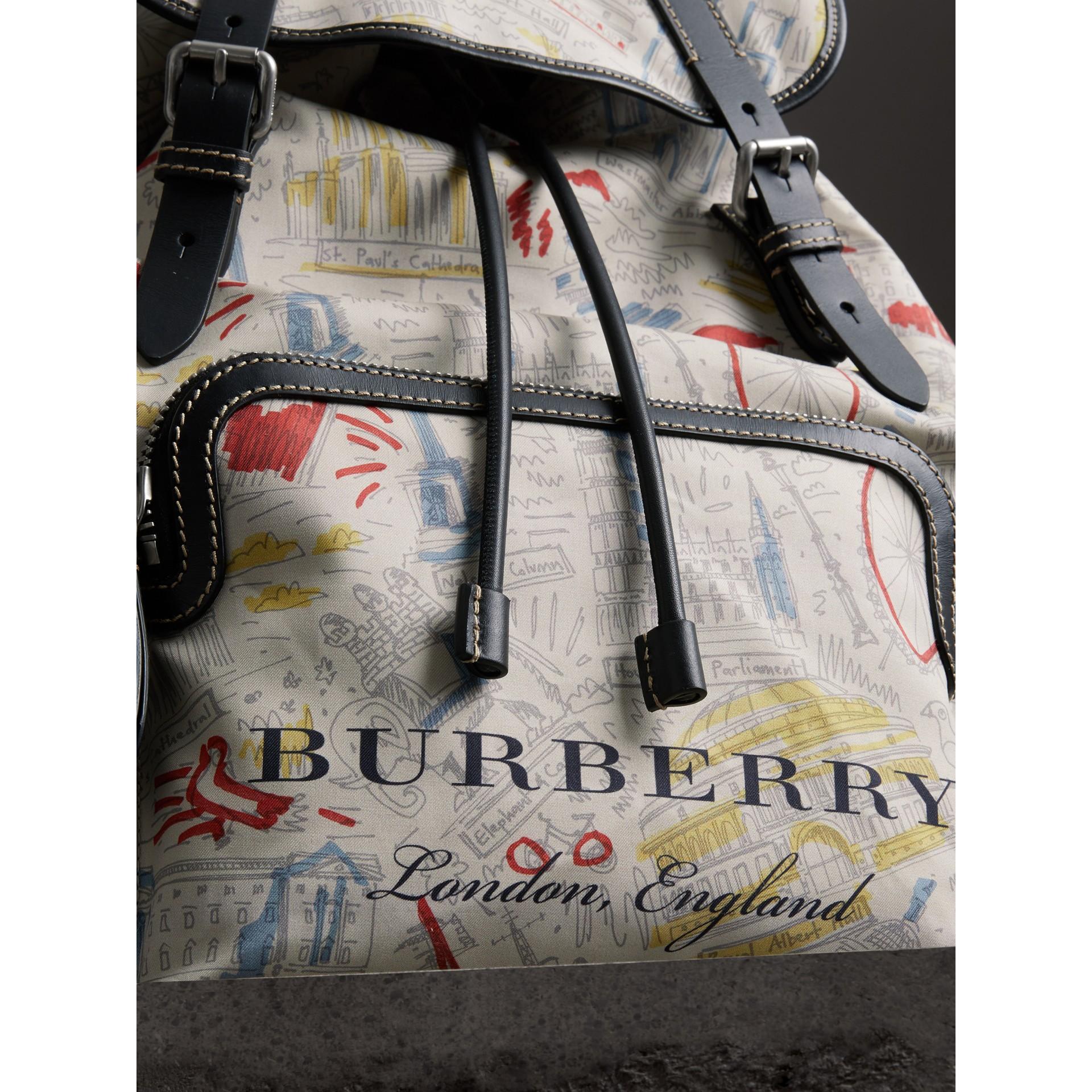 Mochila Rucksack grande em couro e lona com estampa Londres (Multicolorido) - Homens | Burberry - galeria de imagens 1