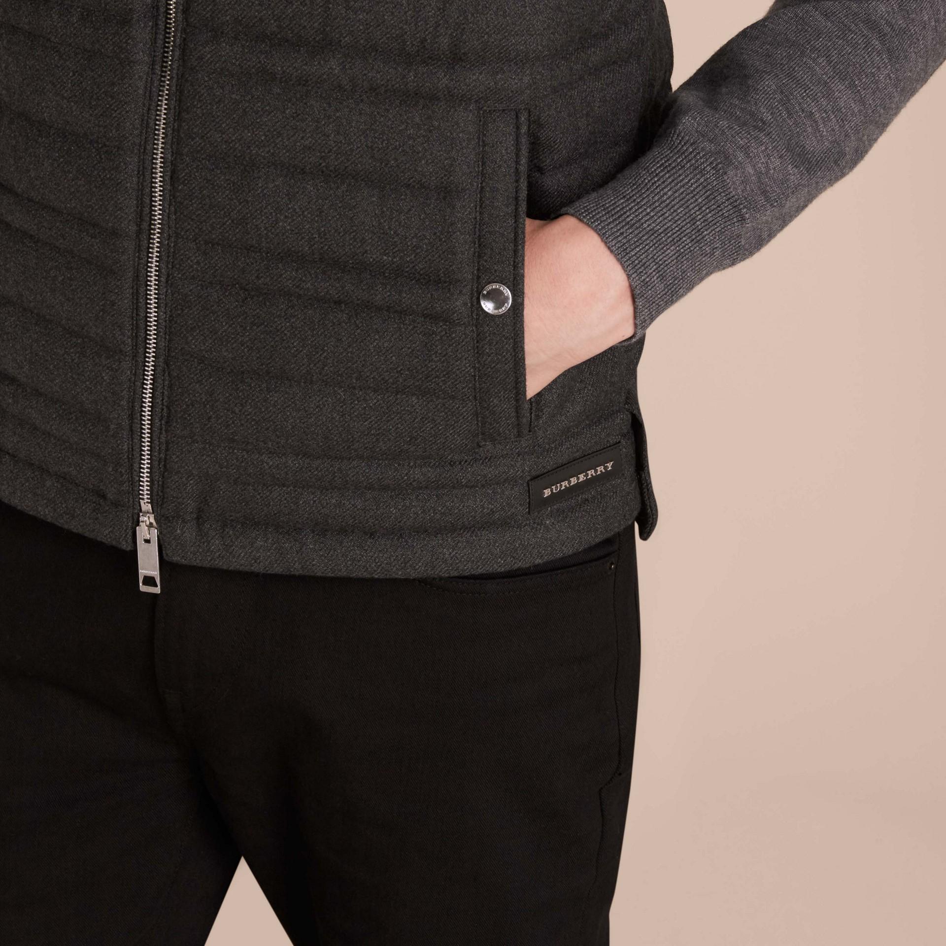 Camaïeu de gris sombres Veste sans manches en flanelle de laine rembourrée - photo de la galerie 5