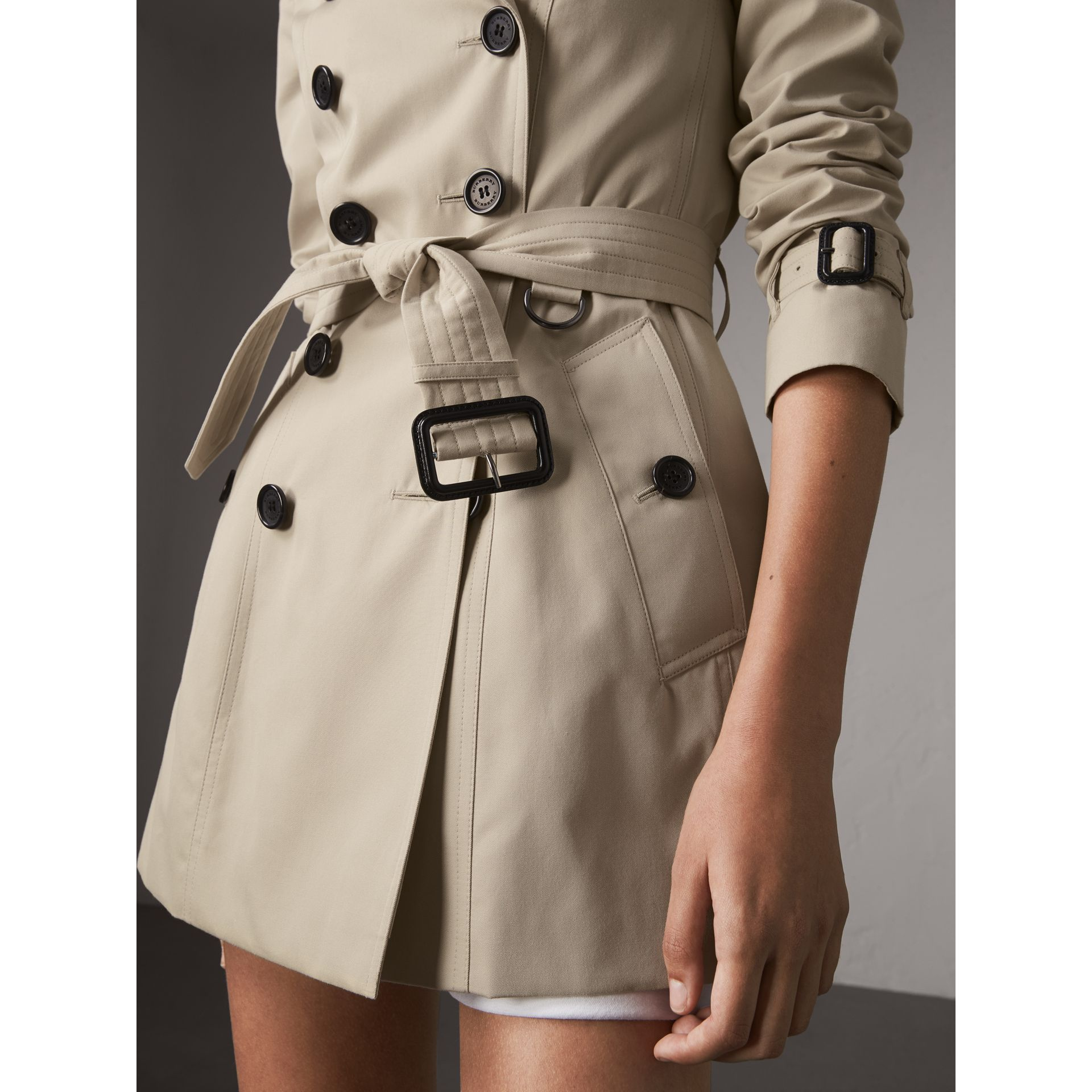 The Chelsea – Short Heritage Trench Coat in Stone - Women | Burberry - gallery image 5