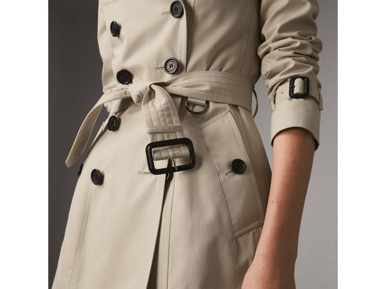 The Chelsea – Short Heritage Trench Coat in Stone - Women | Burberry - cell image 4