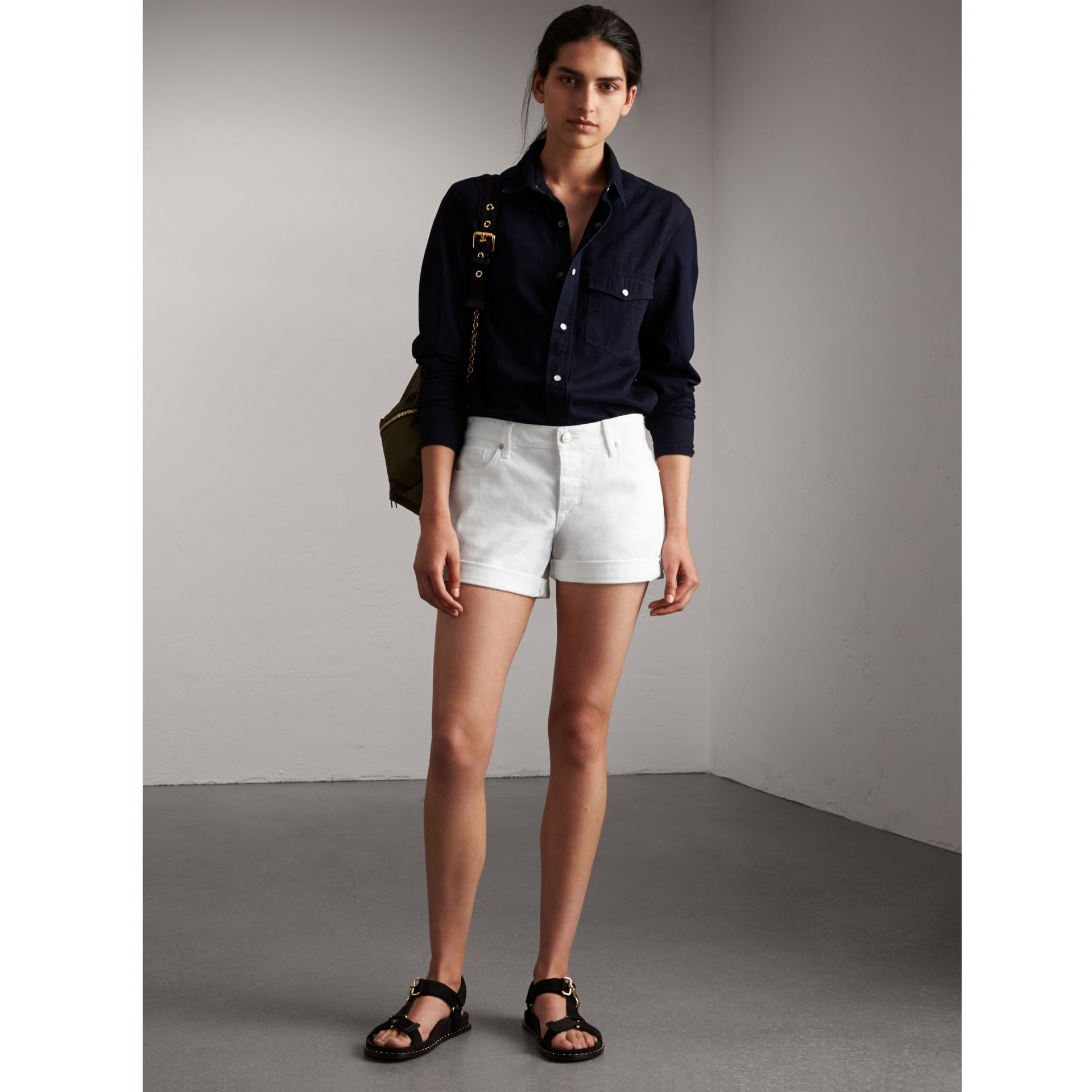 Short taille basse en denim japonais - Femme | Burberry - photo de la galerie 1