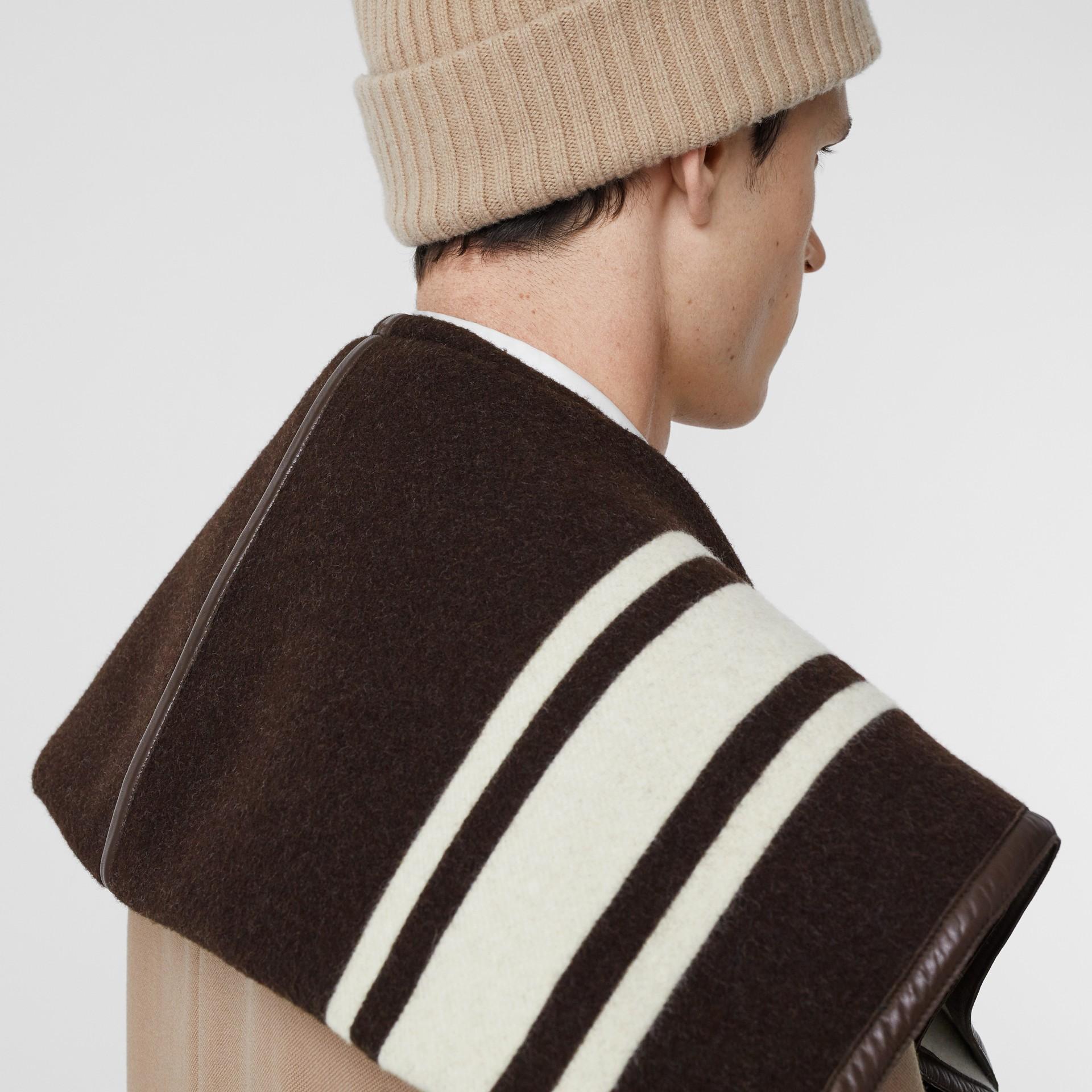 羔羊皮飾帶條紋細節設計羊毛提花披肩 (棕色) - 女款 | Burberry - 圖庫照片 9