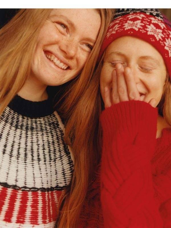 Cecily und Izzi Rainey in Fair Isle-Designs aus Wolle und Kaschmir, fotografiert in Norfolk.