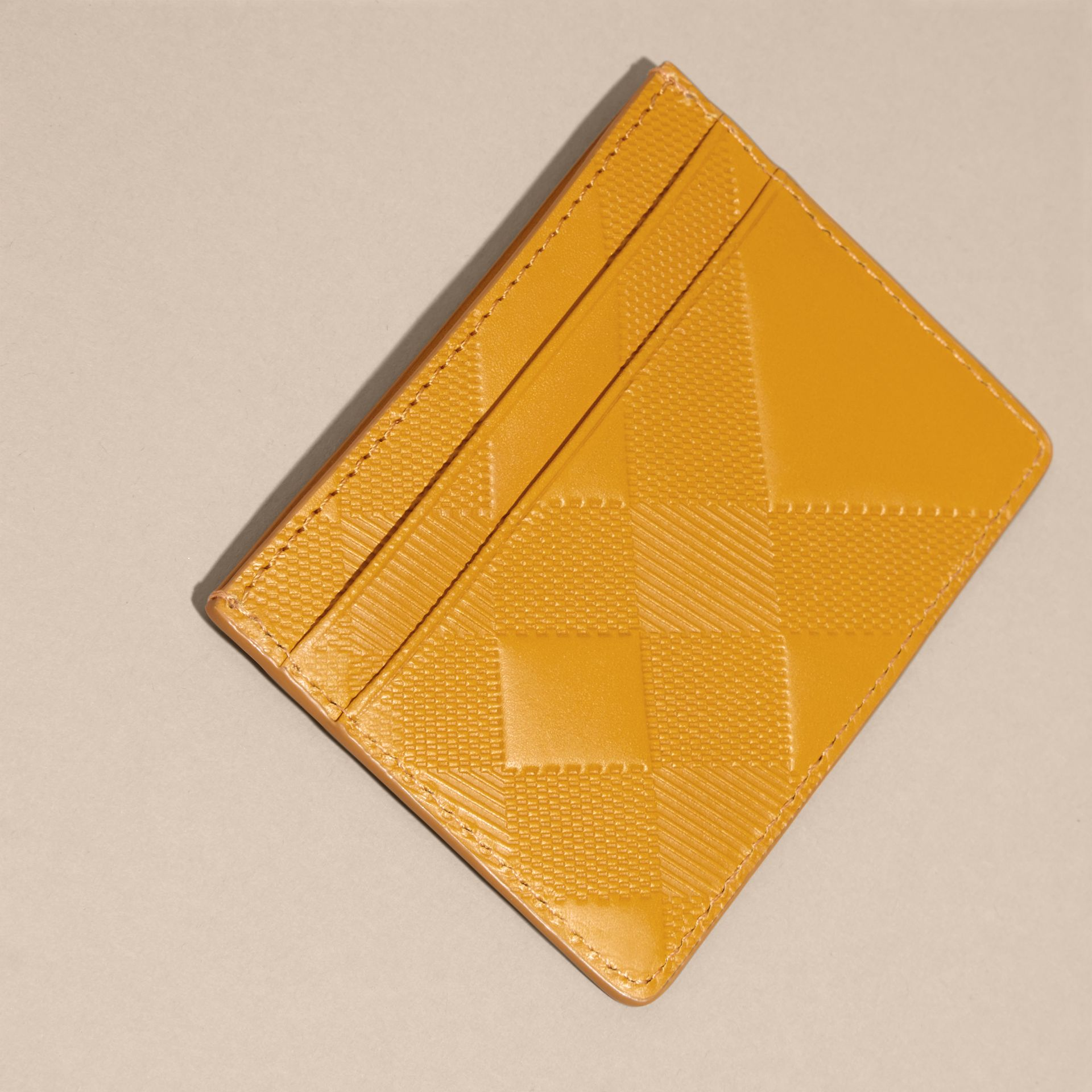 Giallo ambra Porta carte di credito in pelle con motivo check in rilievo Giallo Ambra - immagine della galleria 4