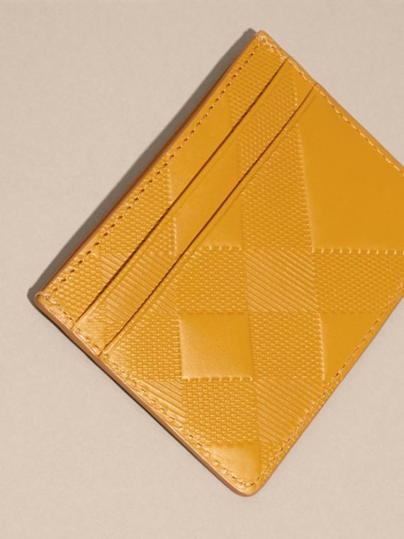 Giallo ambra Porta carte di credito in pelle con motivo check in rilievo Giallo Ambra - cell image 3