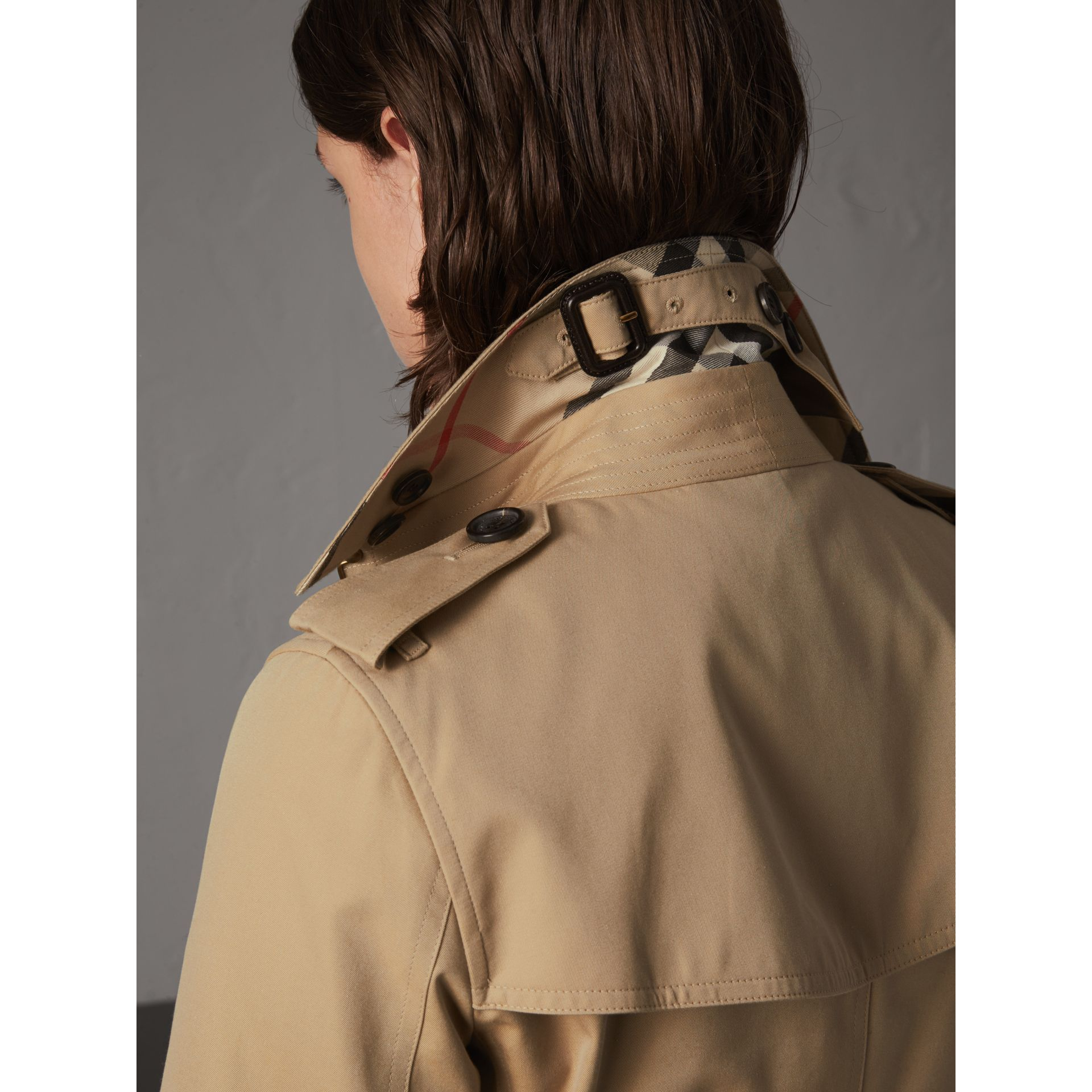 The Kensington – Short Heritage Trench Coat in Honey - Women | Burberry - gallery image 5