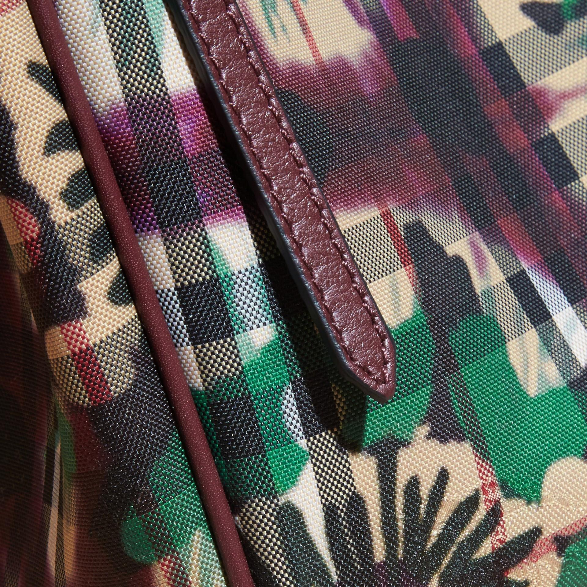Bordeaux intense Petit sac The Canter avec imprimé floral façon tie and dye sur motif check Bordeaux Intense - photo de la galerie 2