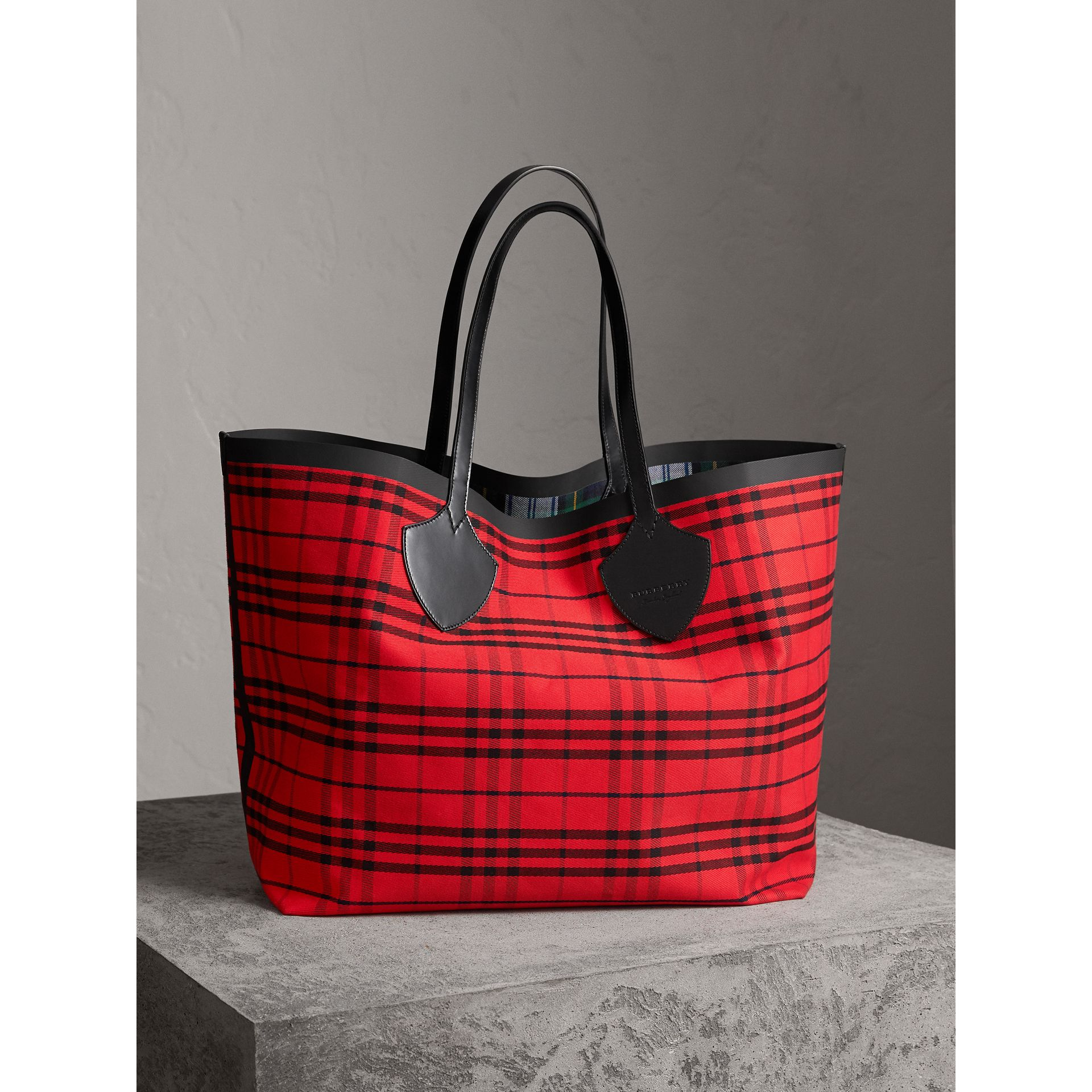 The Giant Reversible Tote in Tartan Cotton in Ink Blue/military Red | Burberry Singapore - gallery image 4