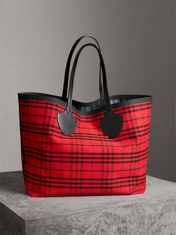 The Giant Reversible Tote in Tartan Cotton in Ink Blue/military Red