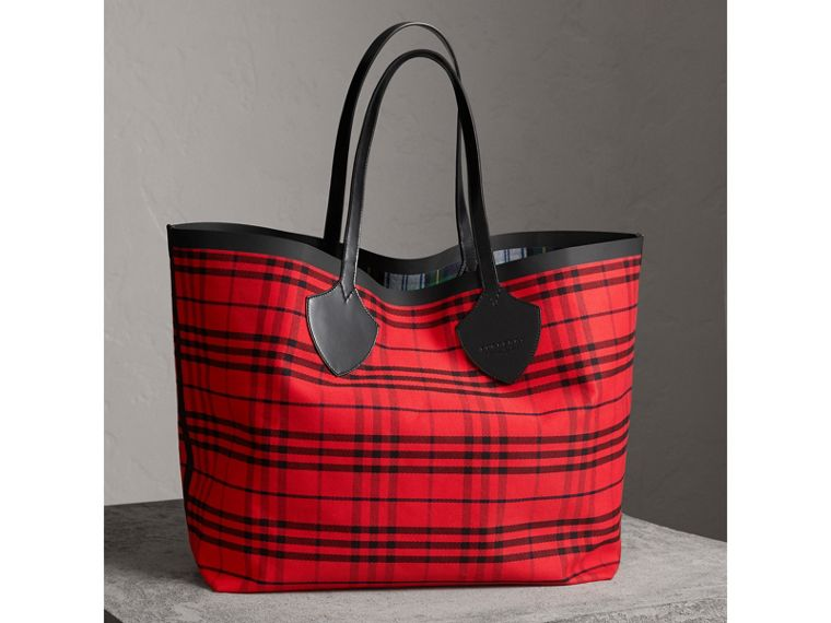The Giant Reversible Tote in Tartan Cotton in Ink Blue/military Red | Burberry United Kingdom - cell image 4