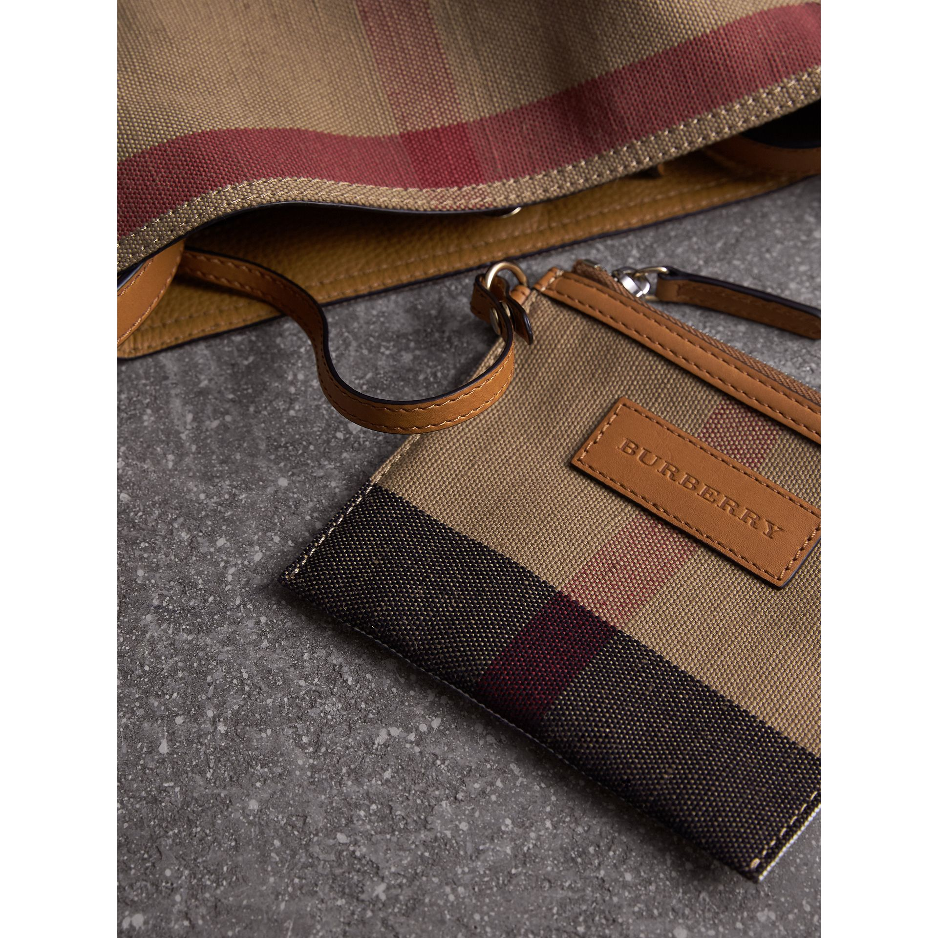 The Ashby piccola con pelle e motivo Canvas check (Marrone Cuoio) - Donna | Burberry - immagine della galleria 5