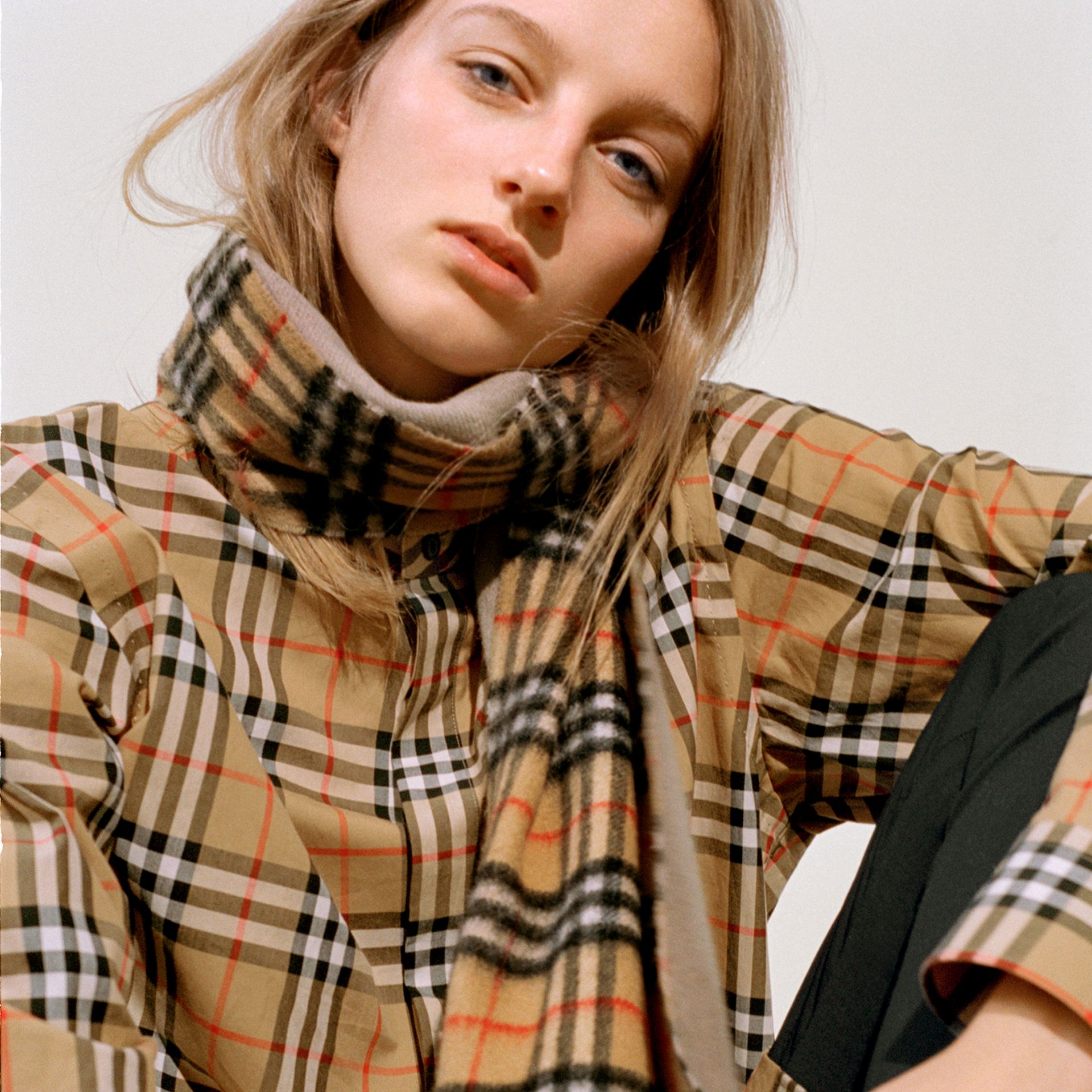 Long Reversible Vintage Check Double-faced Cashmere Scarf in Sandstone | Burberry Canada - gallery image 4