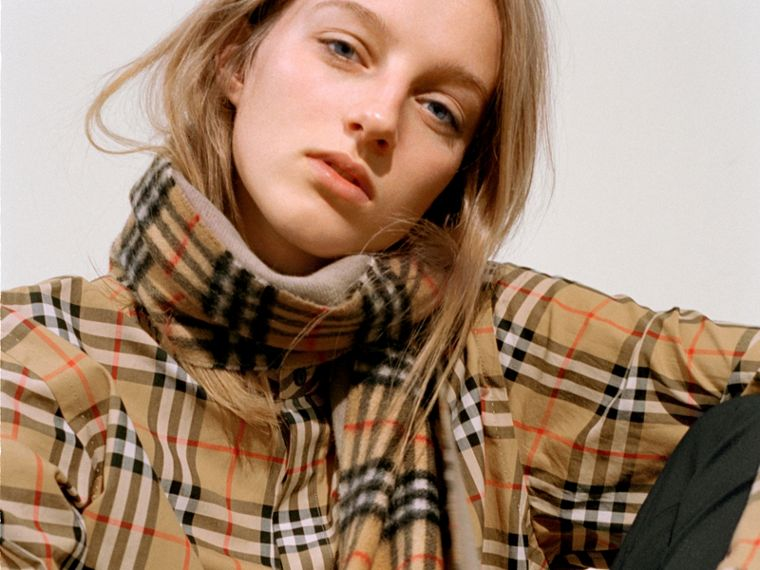 Long Reversible Vintage Check Double-faced Cashmere Scarf in Sandstone | Burberry Singapore - cell image 4