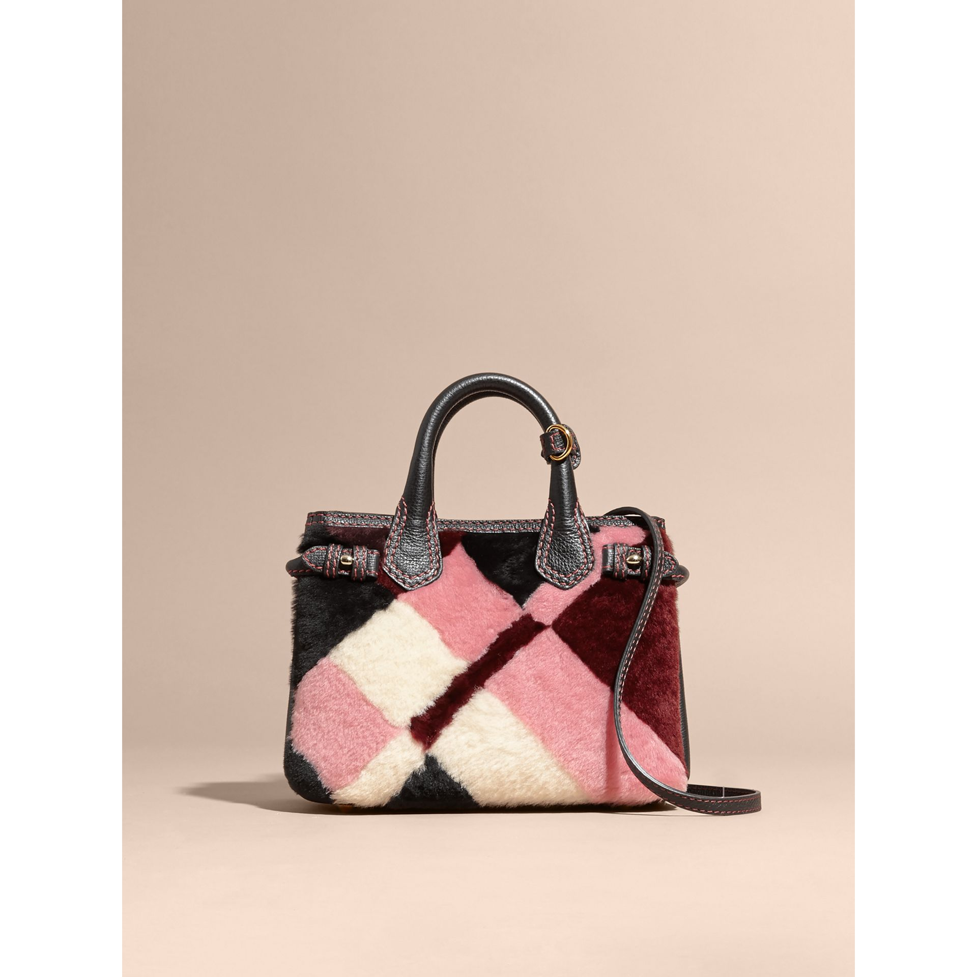 Borsa The Baby Banner in pelle con motivo tartan in patchwork di shearling (Rosa) - Donna | Burberry - immagine della galleria 8
