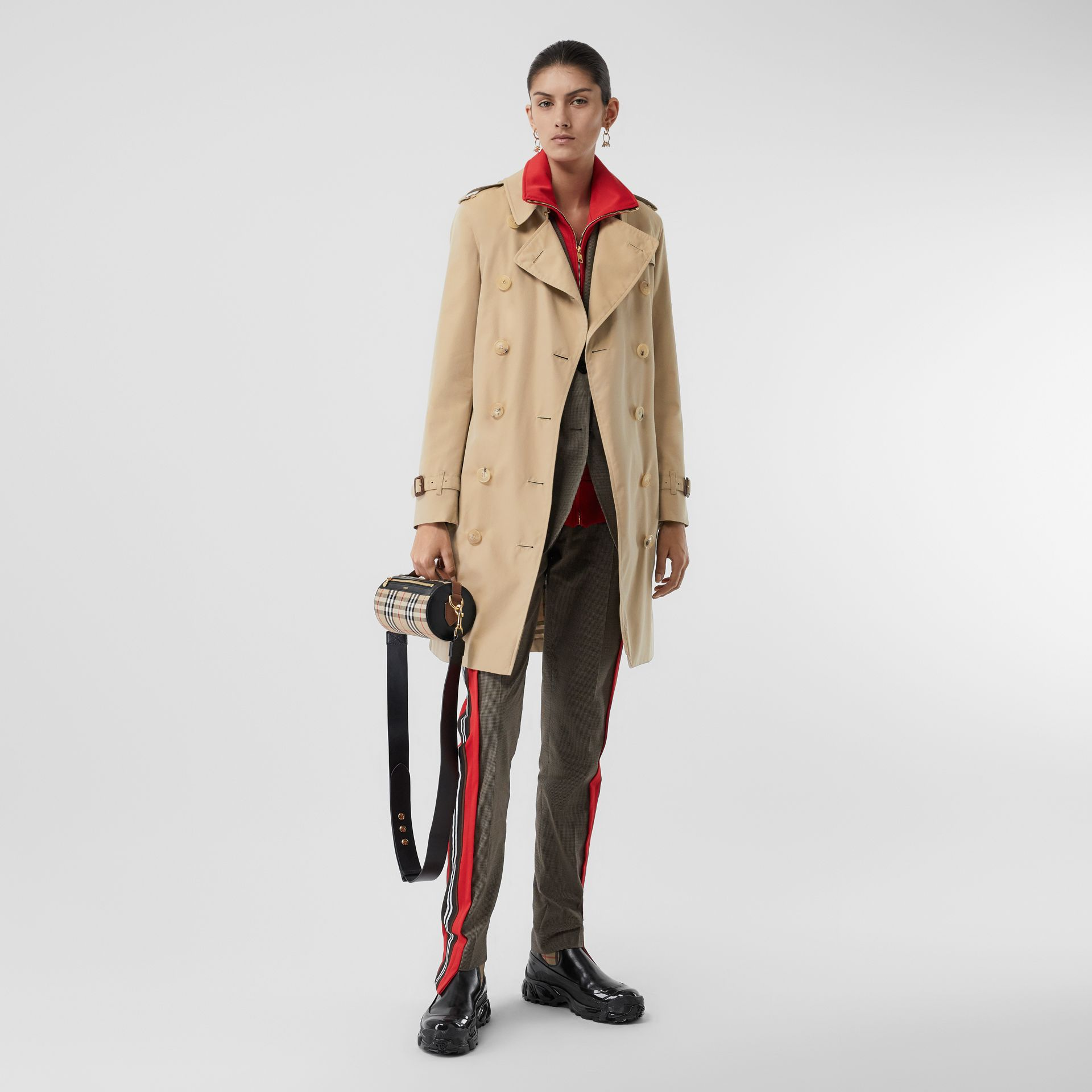 The Mid-length Kensington Heritage Trench Coat in Honey - Women | Burberry United Kingdom - gallery image 2