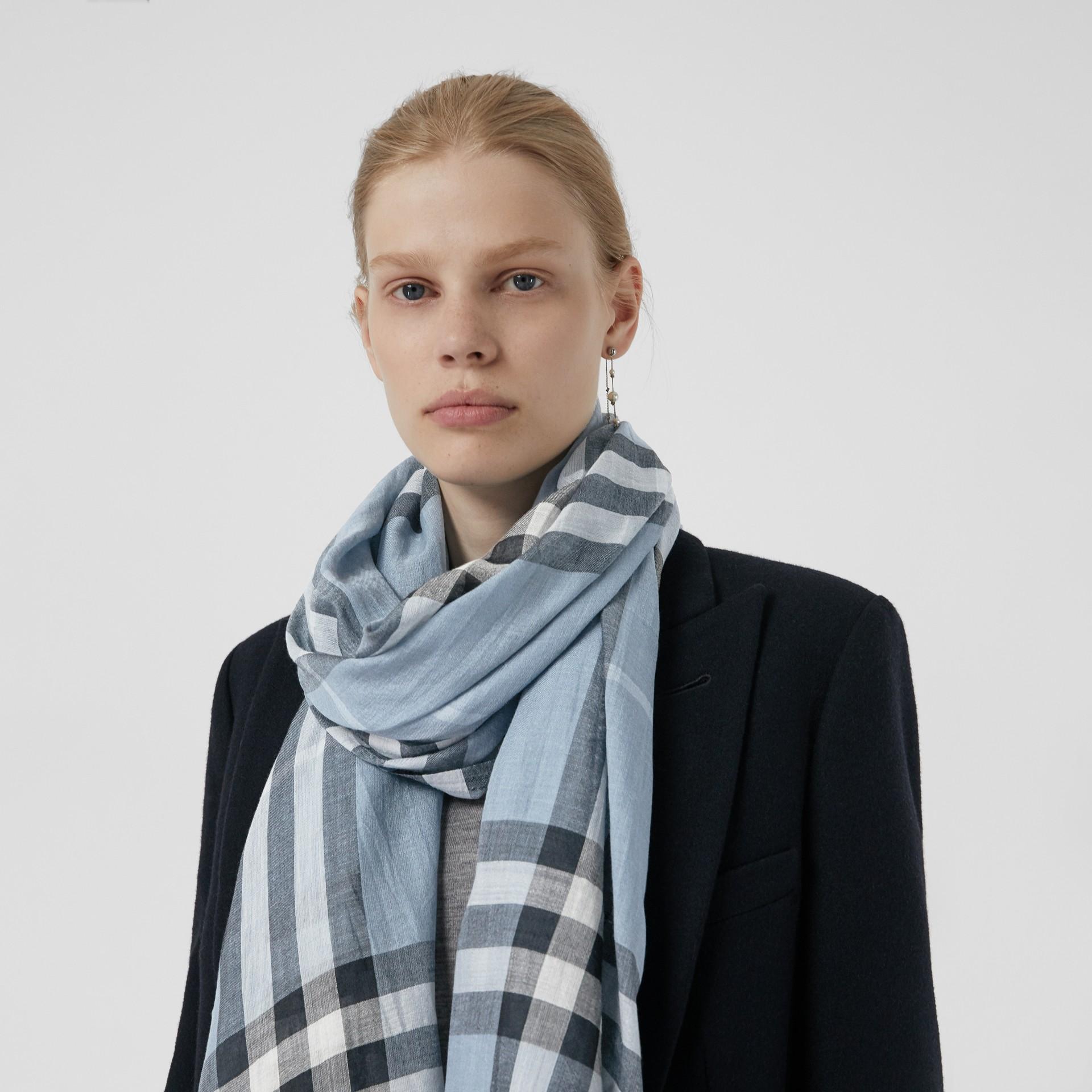 輕盈格紋羊毛絲綢圍巾 (淡灰藍色) - 女款 | Burberry - 圖庫照片 3