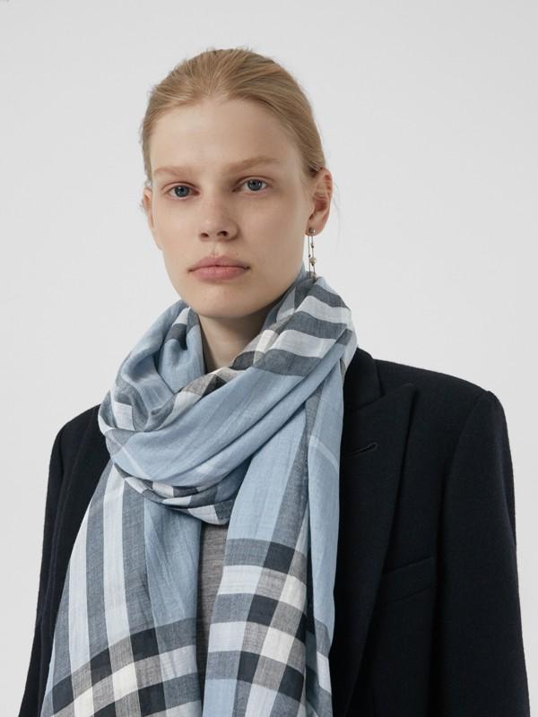 輕盈格紋羊毛絲綢圍巾 (淡灰藍色) - 女款 | Burberry - cell image 3