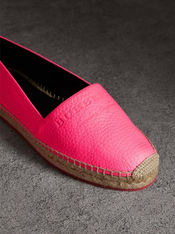 Espadrilles de couro granulado com detalhe em relevo (Rosa Neon) - Mulheres | Burberry - cell image 1