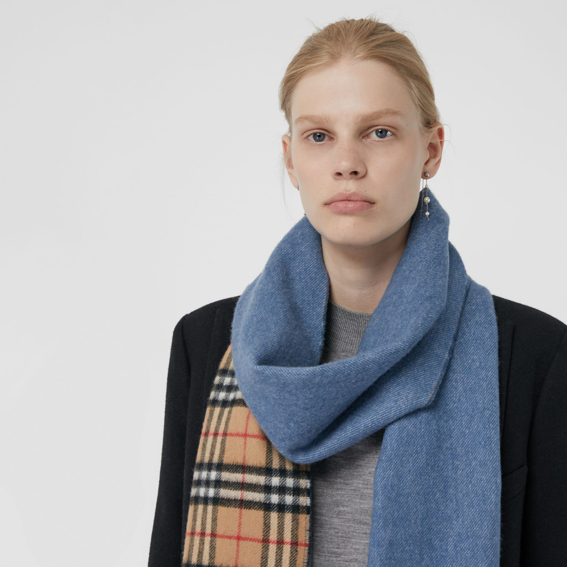 Long Reversible Vintage Check Double-faced Cashmere Scarf in Stone Blue | Burberry - gallery image 5