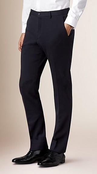 Modern geschnittene Hose aus Wolle mit sich verjüngender Beinpartie