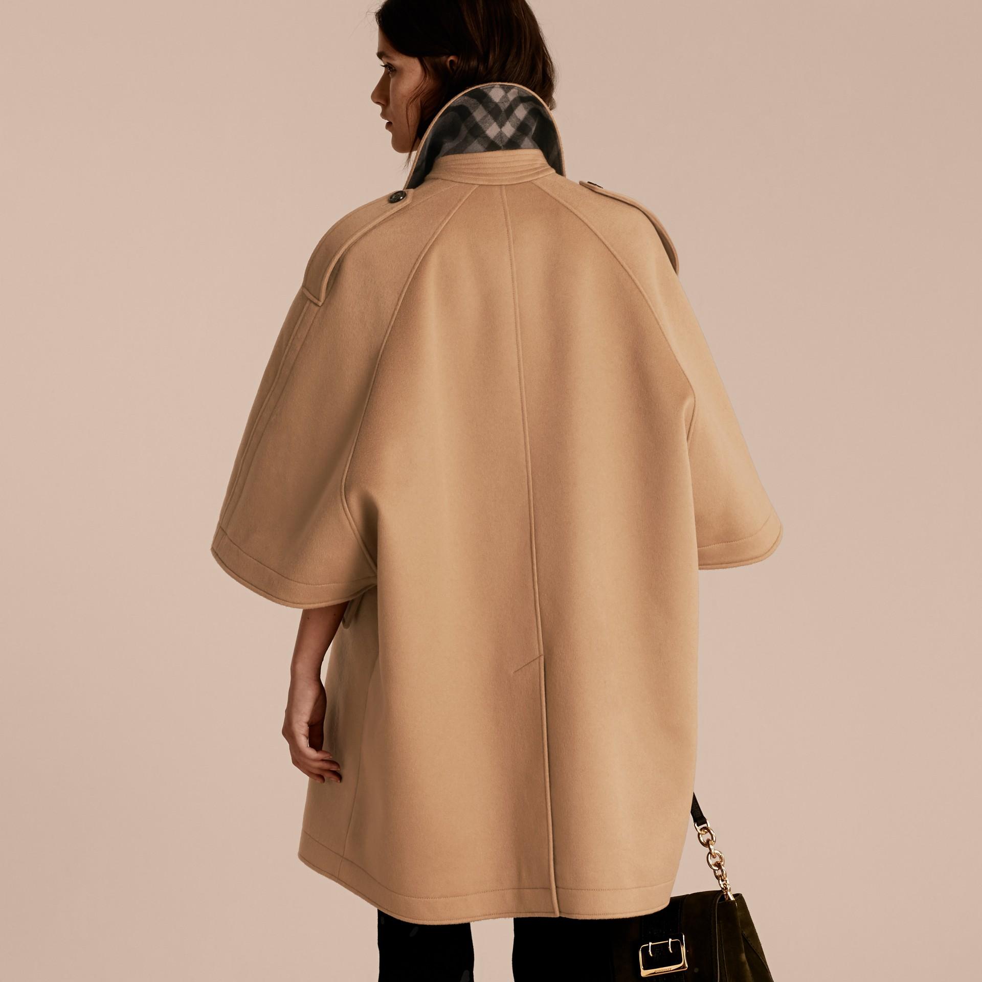 Cammello Trench coat a mantella in lana e cashmere - immagine della galleria 3