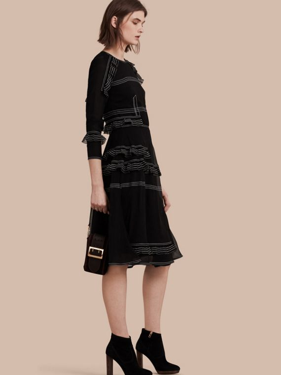 Vestido en crespón de seda con detalles de pespuntes