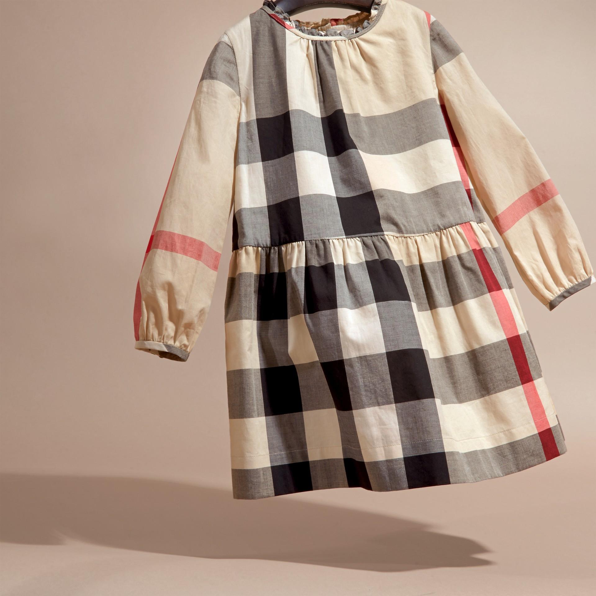 新經典格紋 褶飾細節格紋棉質洋裝 新經典格紋 - 圖庫照片 3