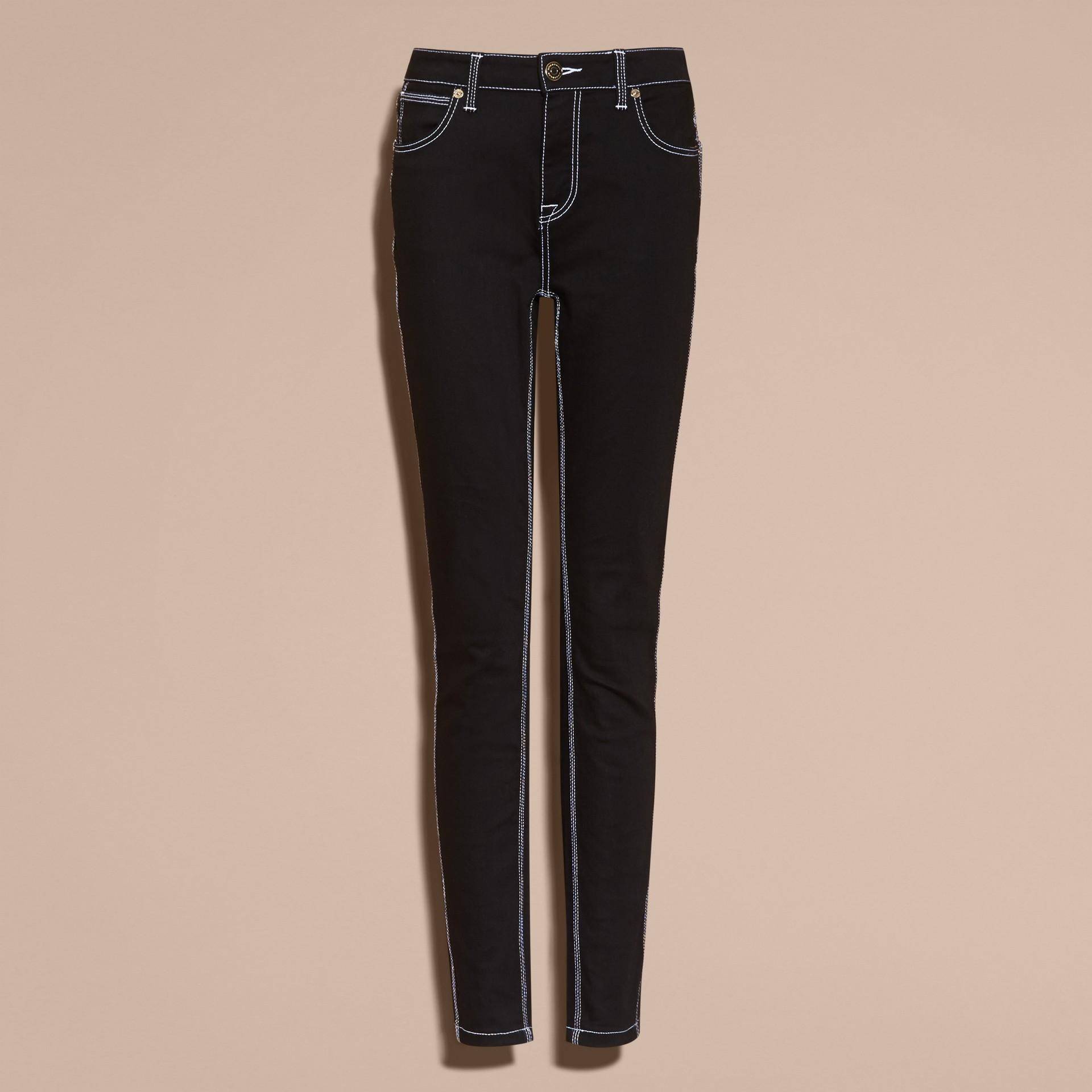 Schwarz Skinny-Jeans aus Stretchdenim mit kontrastierenden Steppnähten - Galerie-Bild 4