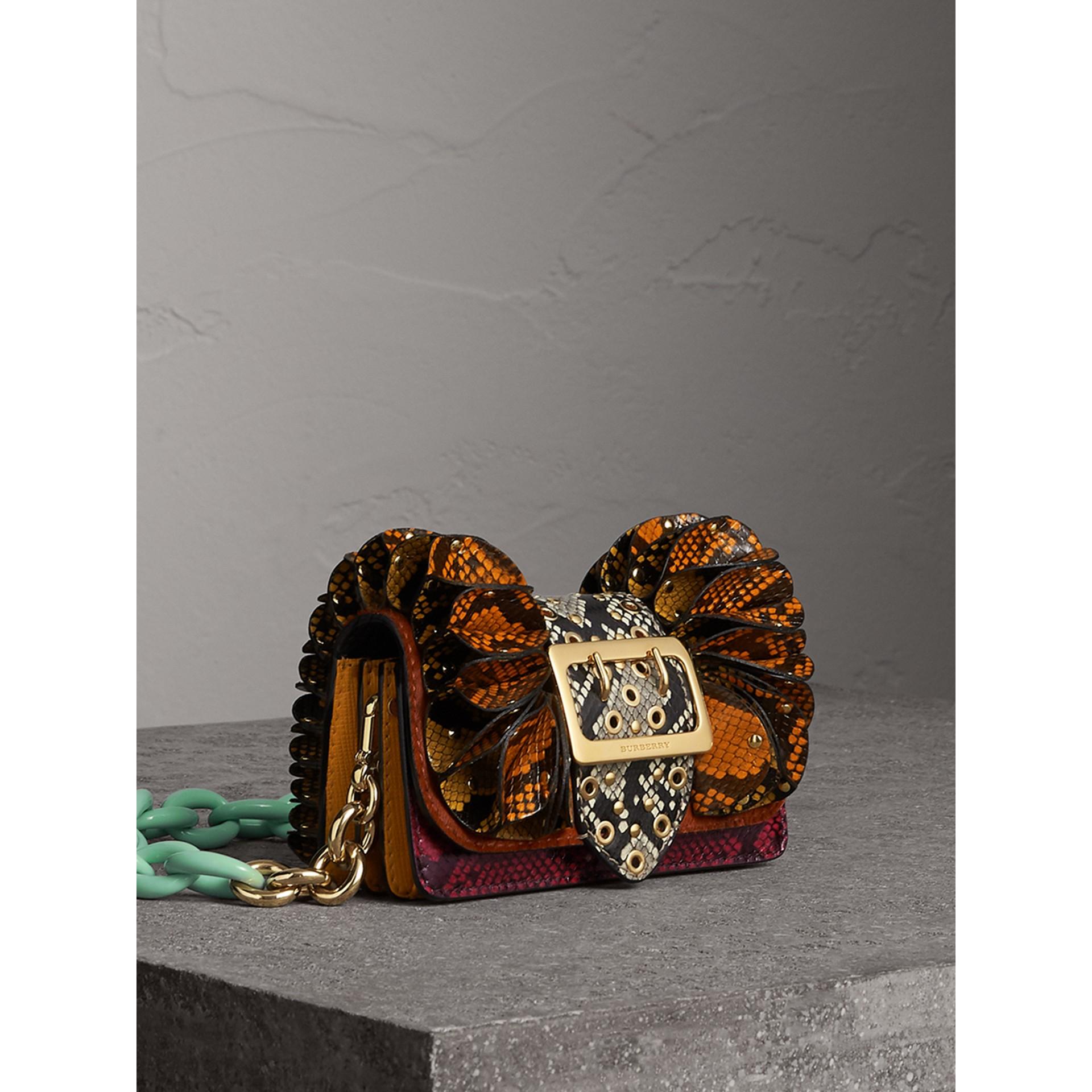 Bolsa Ruffle Buckle de píton e pele de novilho (Redwood) - Mulheres   Burberry - galeria de imagens 6