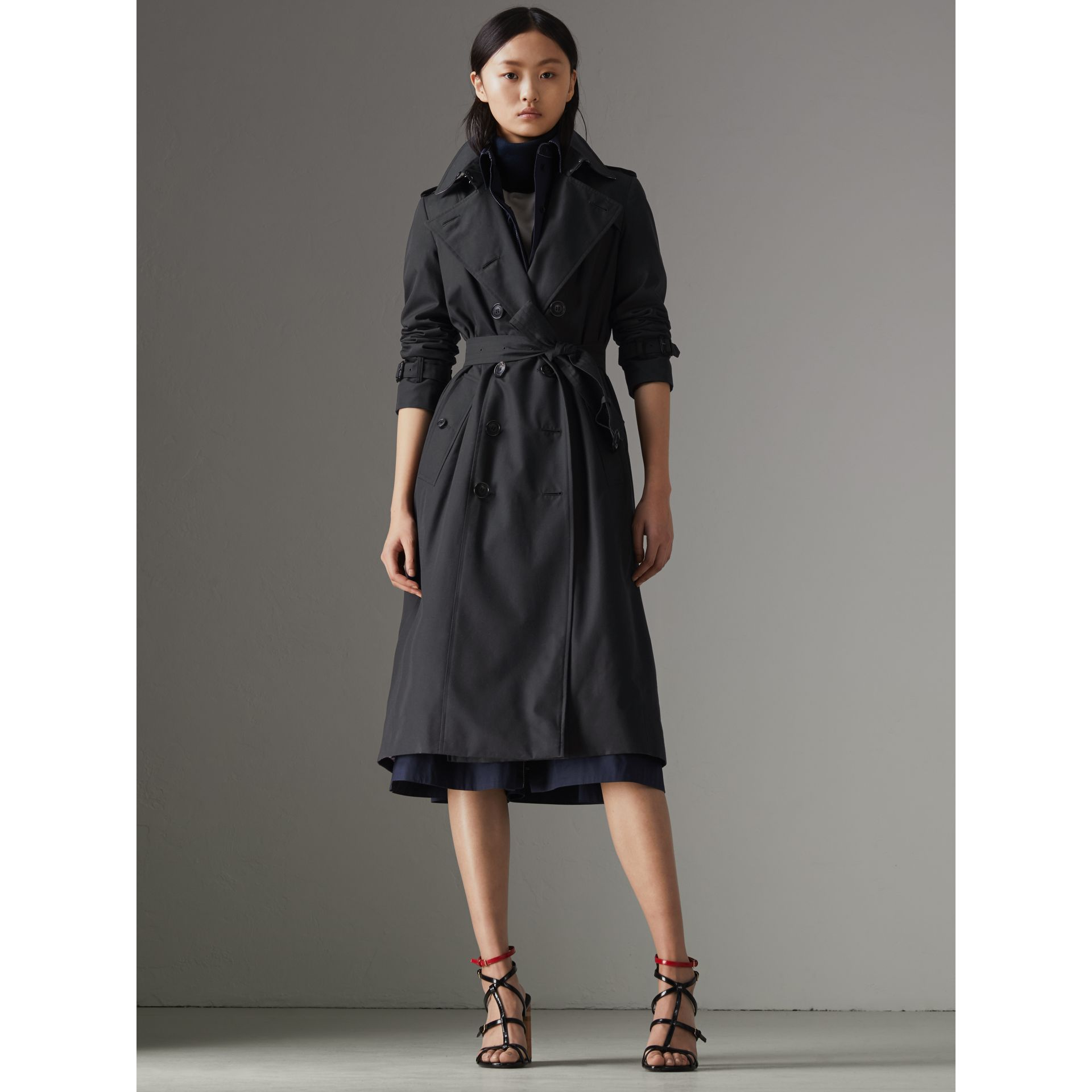The Long Chelsea Heritage Trench Coat in Midnight - Women | Burberry United Kingdom - gallery image 6