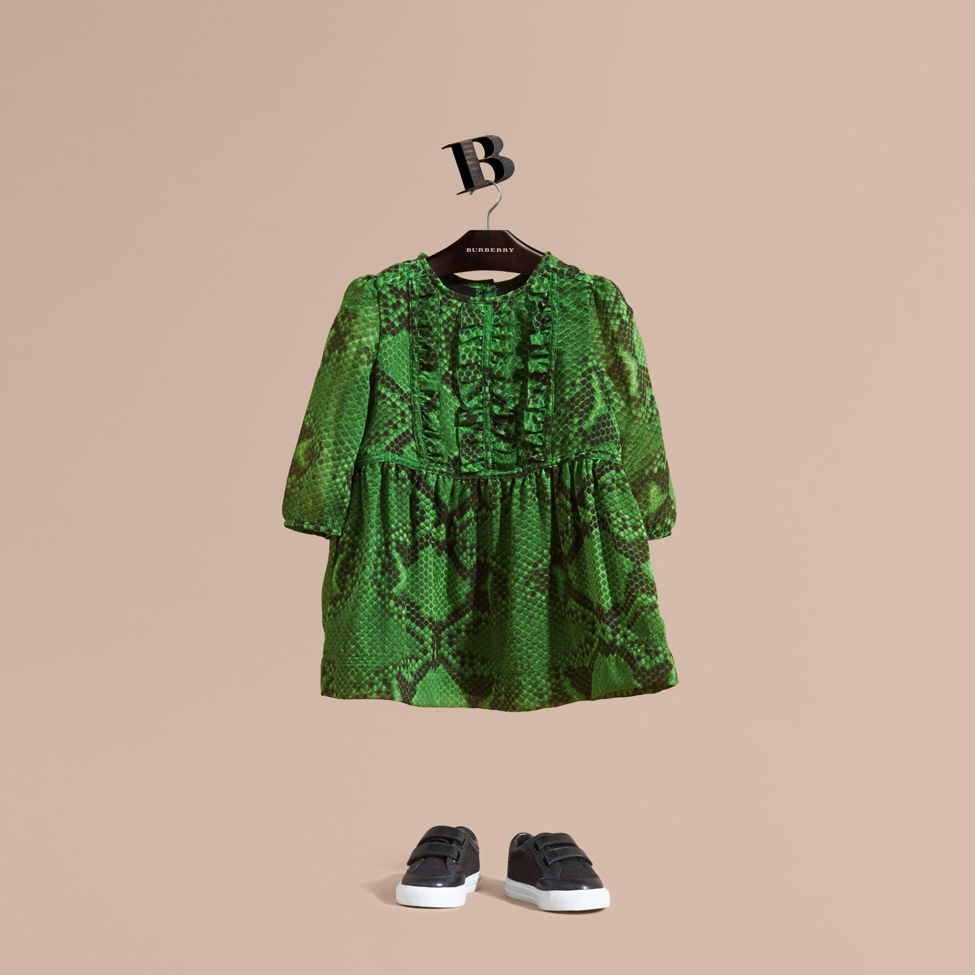 Vert vif Robe en soie à imprimé python avec plastron ruché - photo de la galerie 1