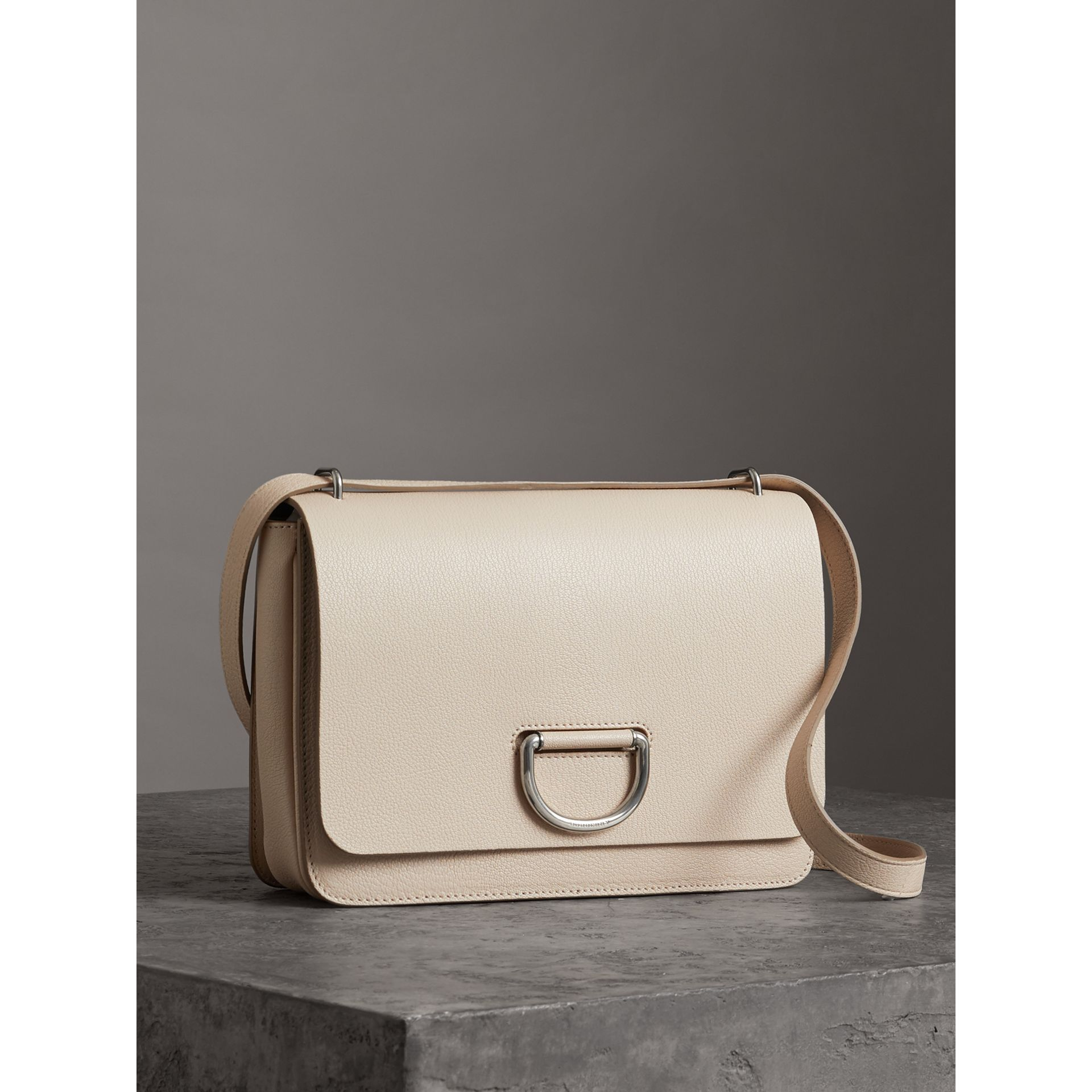Borsa The D-ring media in pelle (Pietra) - Donna | Burberry - immagine della galleria 4