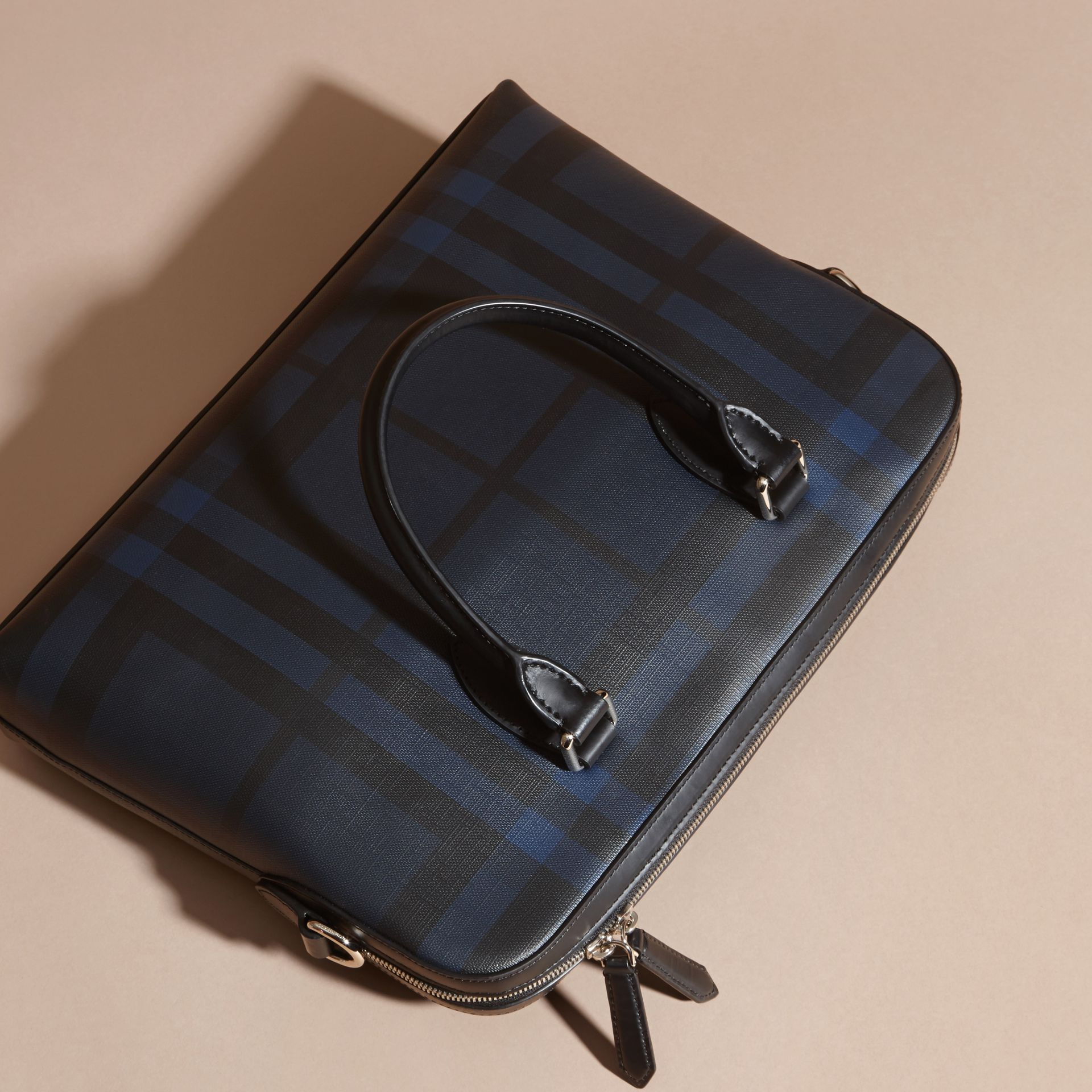 Sac The Barrow fin avec motif London check (Marine/noir) - Homme | Burberry - photo de la galerie 7