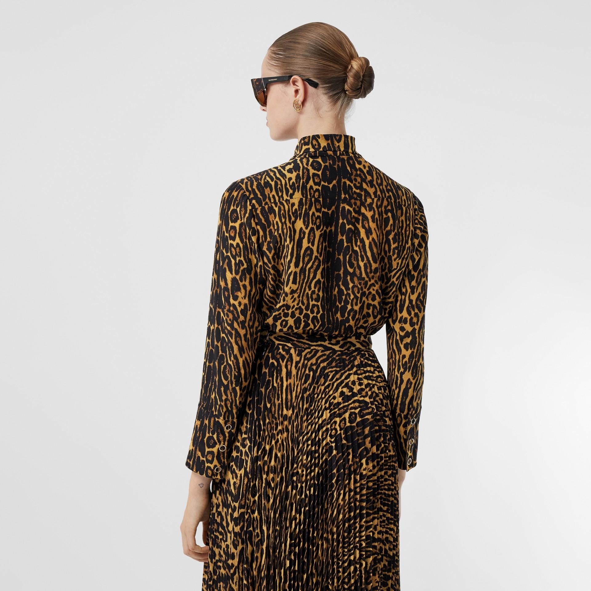 Blusa en gasa de seda con lazada al cuello y estampado estilo leopardo (Mostaza Oscuro) - Mujer | Burberry - imagen de la galería 2