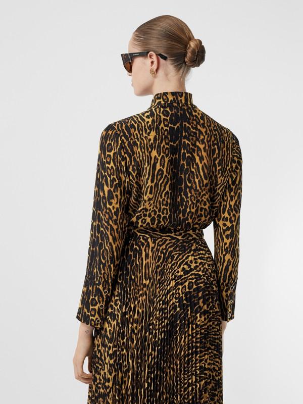 Blusa en gasa de seda con lazada al cuello y estampado estilo leopardo (Mostaza Oscuro) - Mujer | Burberry - cell image 2