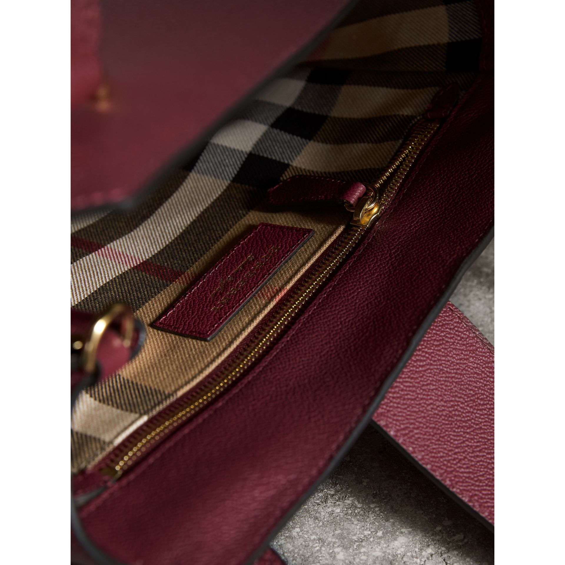 Borsa tote The Buckle media in pelle a grana (Prugna Scuro) - Donna | Burberry - immagine della galleria 6