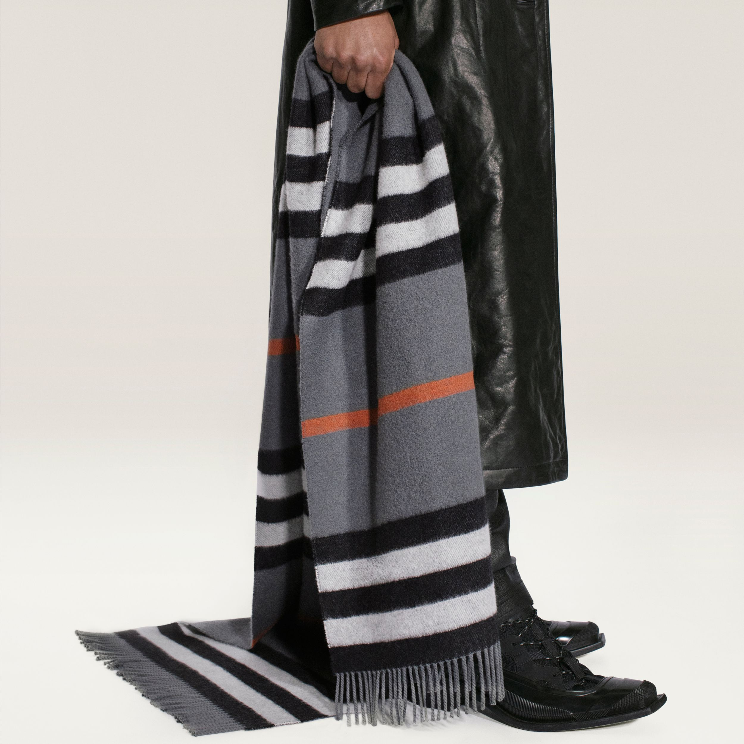 Icon Stripe Cashmere Jacquard Scarf in Mid Grey | Burberry United Kingdom - 2