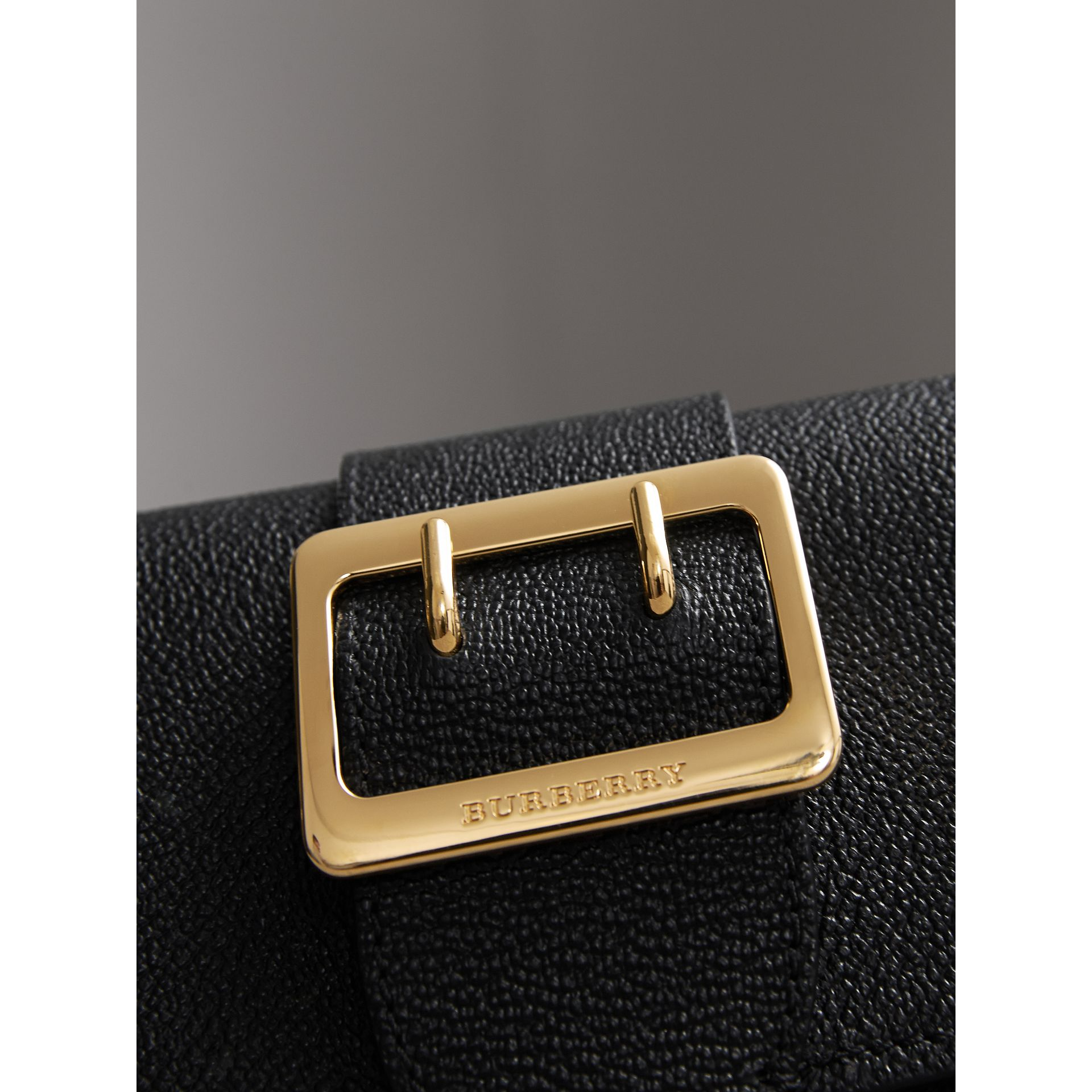 Mini sac The Buckle en cuir grainé (Noir) - Femme | Burberry - photo de la galerie 2