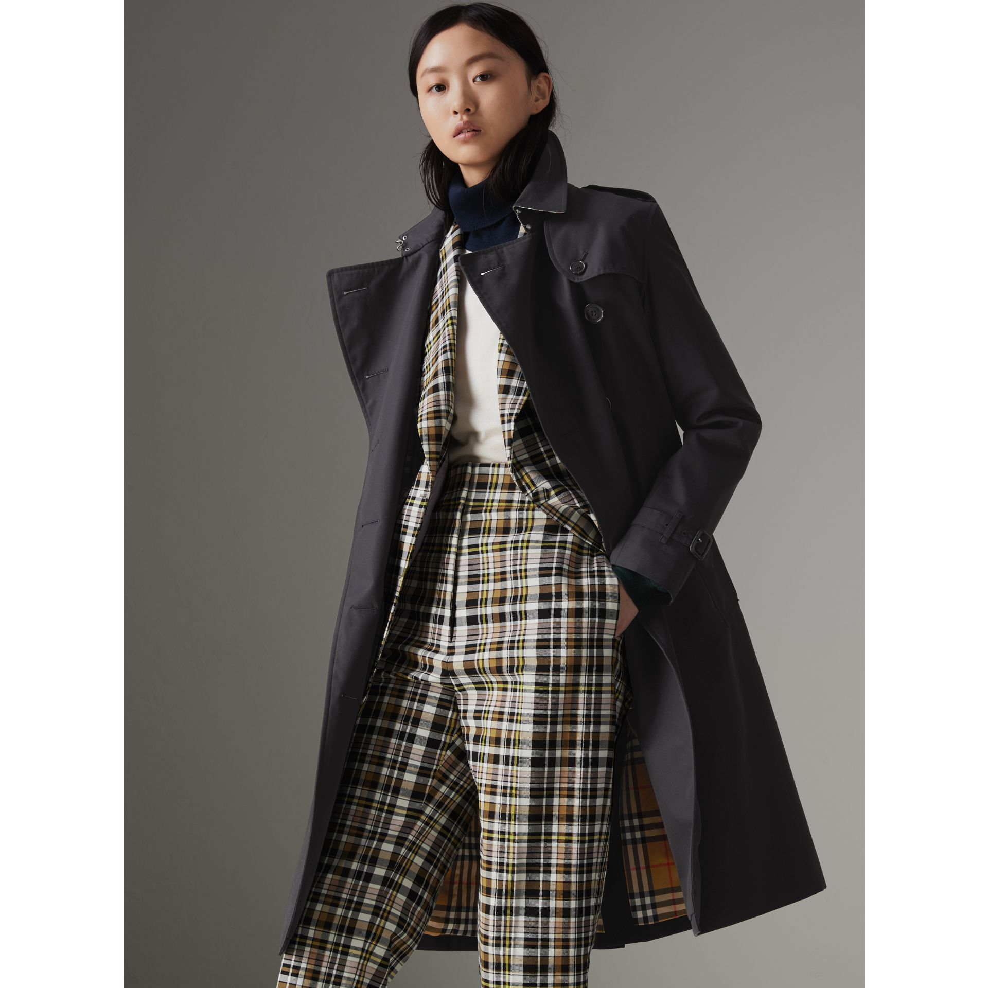 The Long Kensington Heritage Trench Coat in Midnight - Women | Burberry United Kingdom - gallery image 4