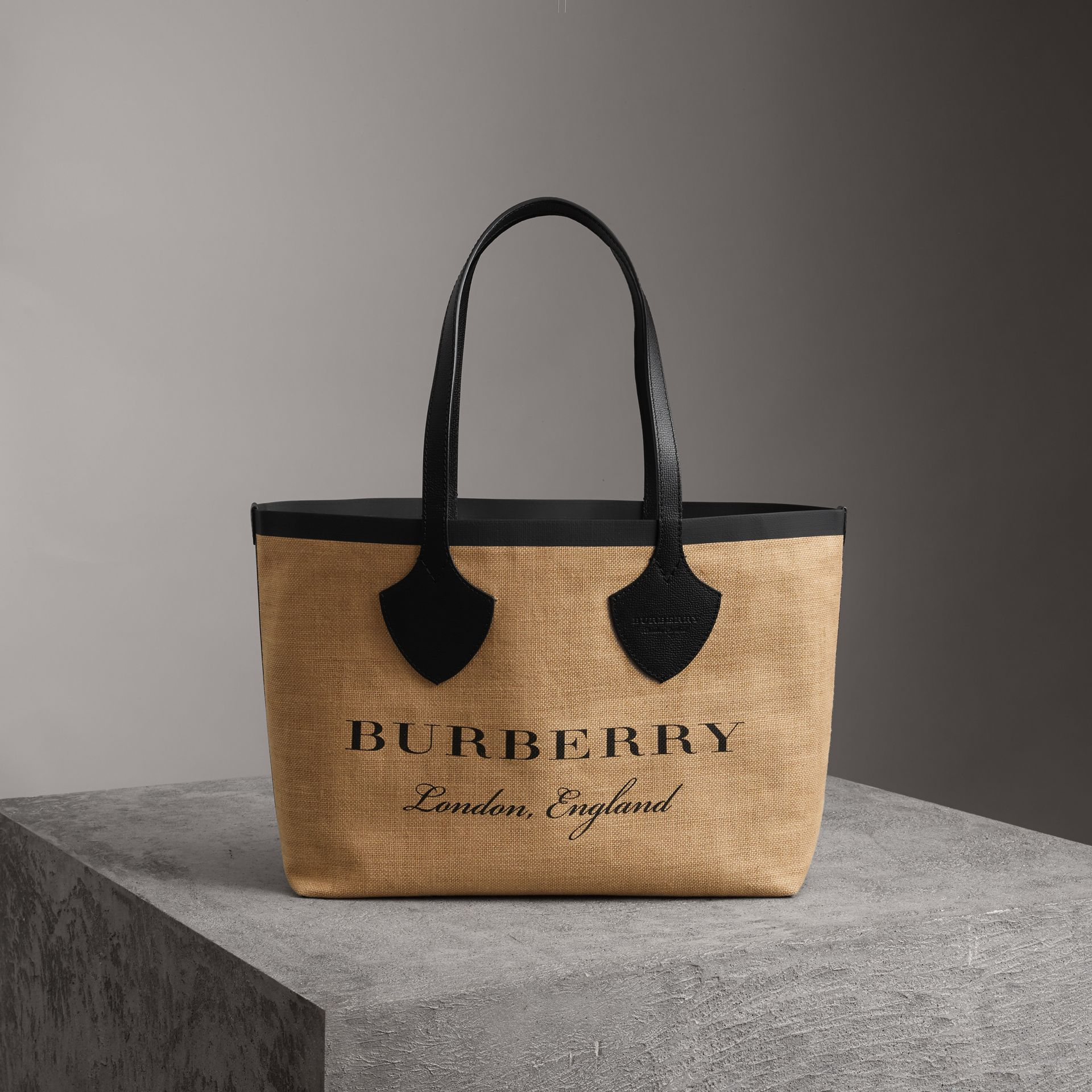 Borsa tote The Giant media in iuta con stampa grafica (Nero) - Donna | Burberry - immagine della galleria 0