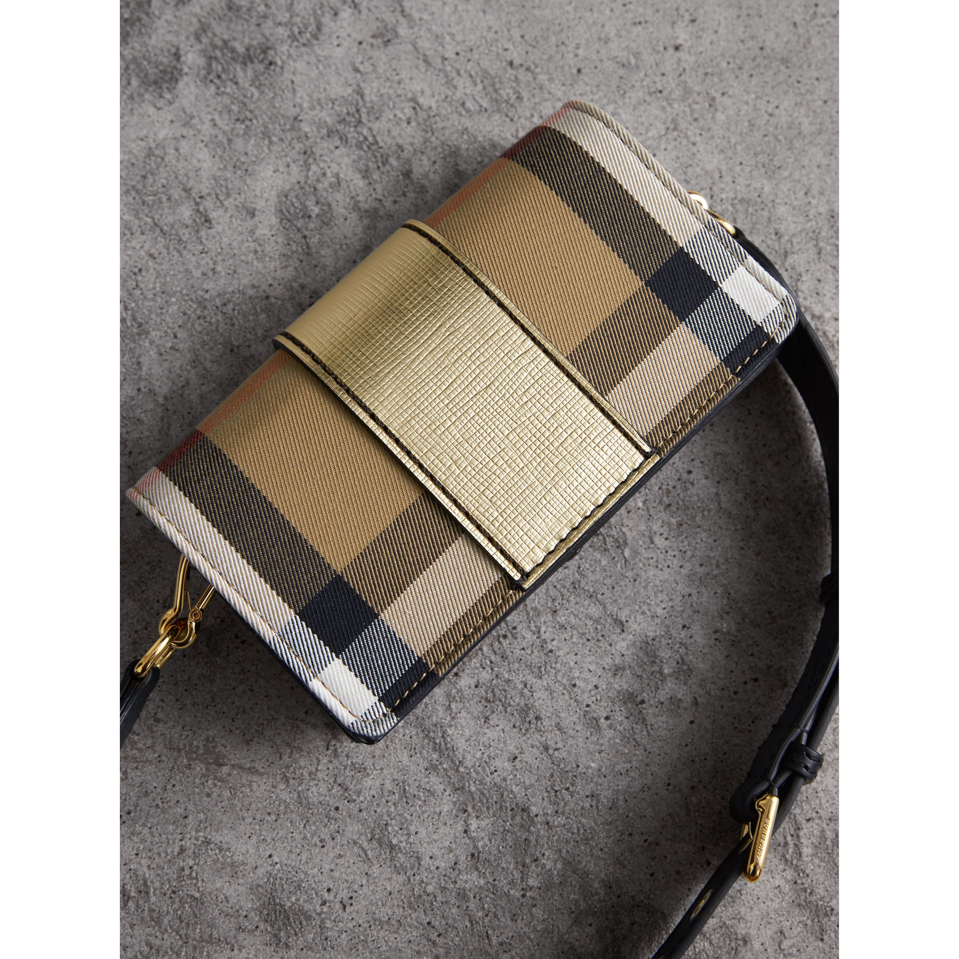 Borsa The Buckle piccola con motivo House check e pelle (Oro) - Donna | Burberry - immagine della galleria 5