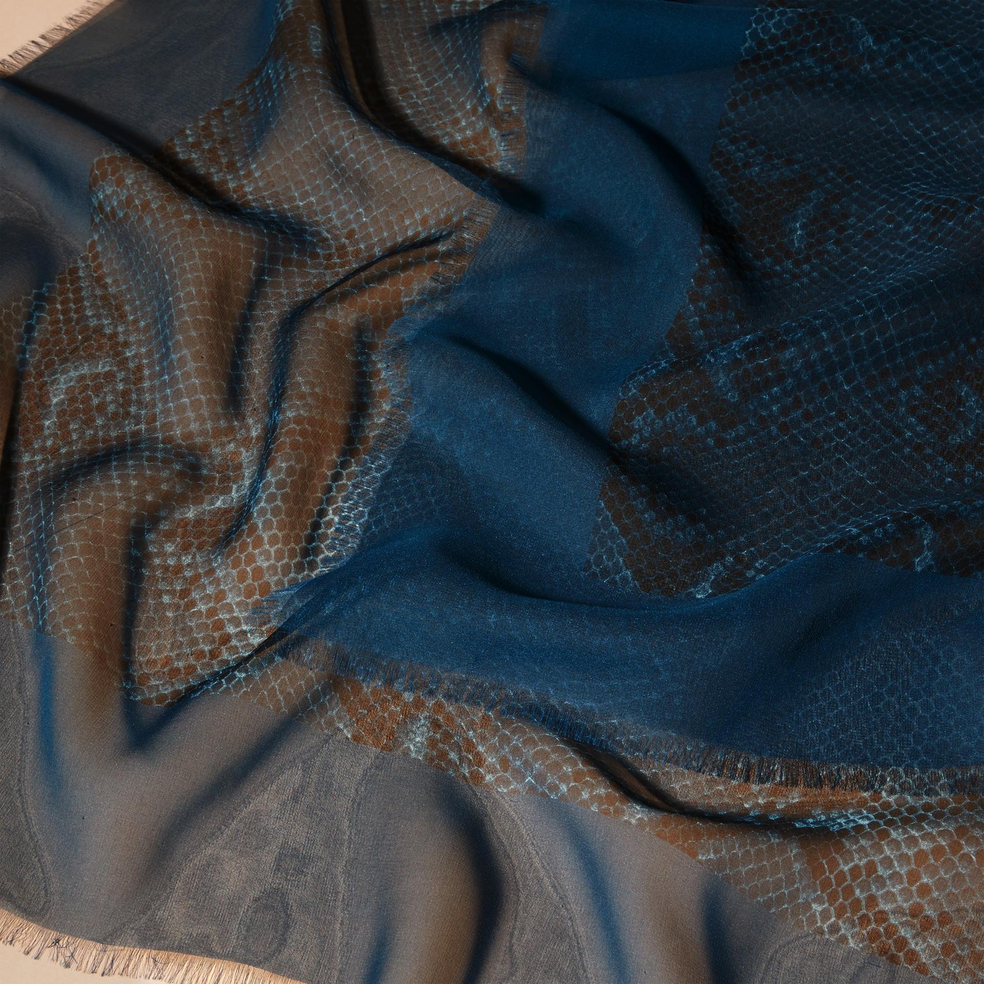 Blu minerale Sciarpa in seta con stampa pitone Blu Minerale - immagine della galleria 2