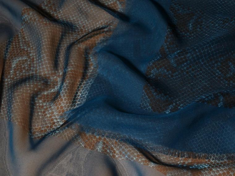 Blu minerale Sciarpa in seta con stampa pitone Blu Minerale - cell image 1