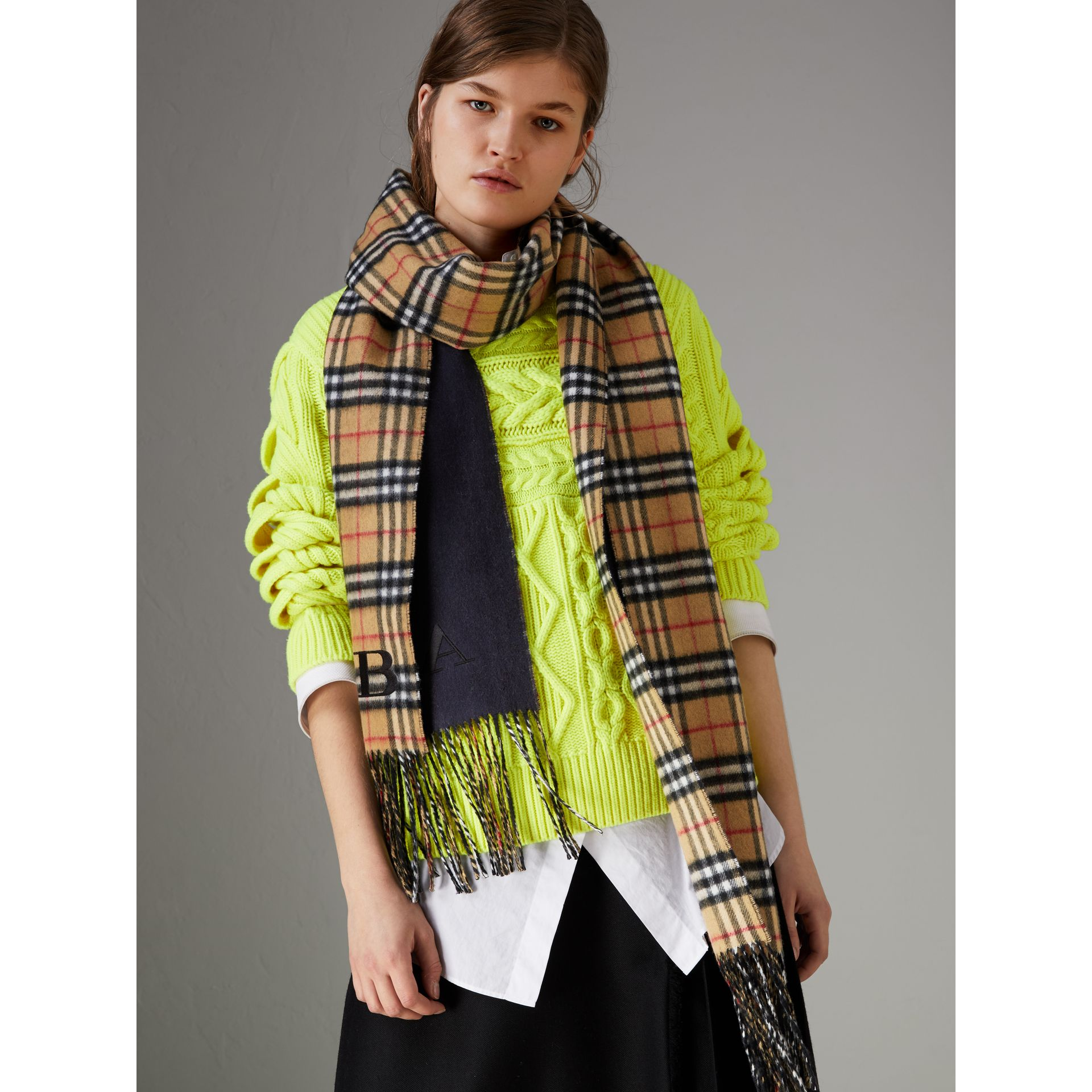 Long Reversible Vintage Check Double-faced Cashmere Scarf in Slate Blue | Burberry United Kingdom - gallery image 4