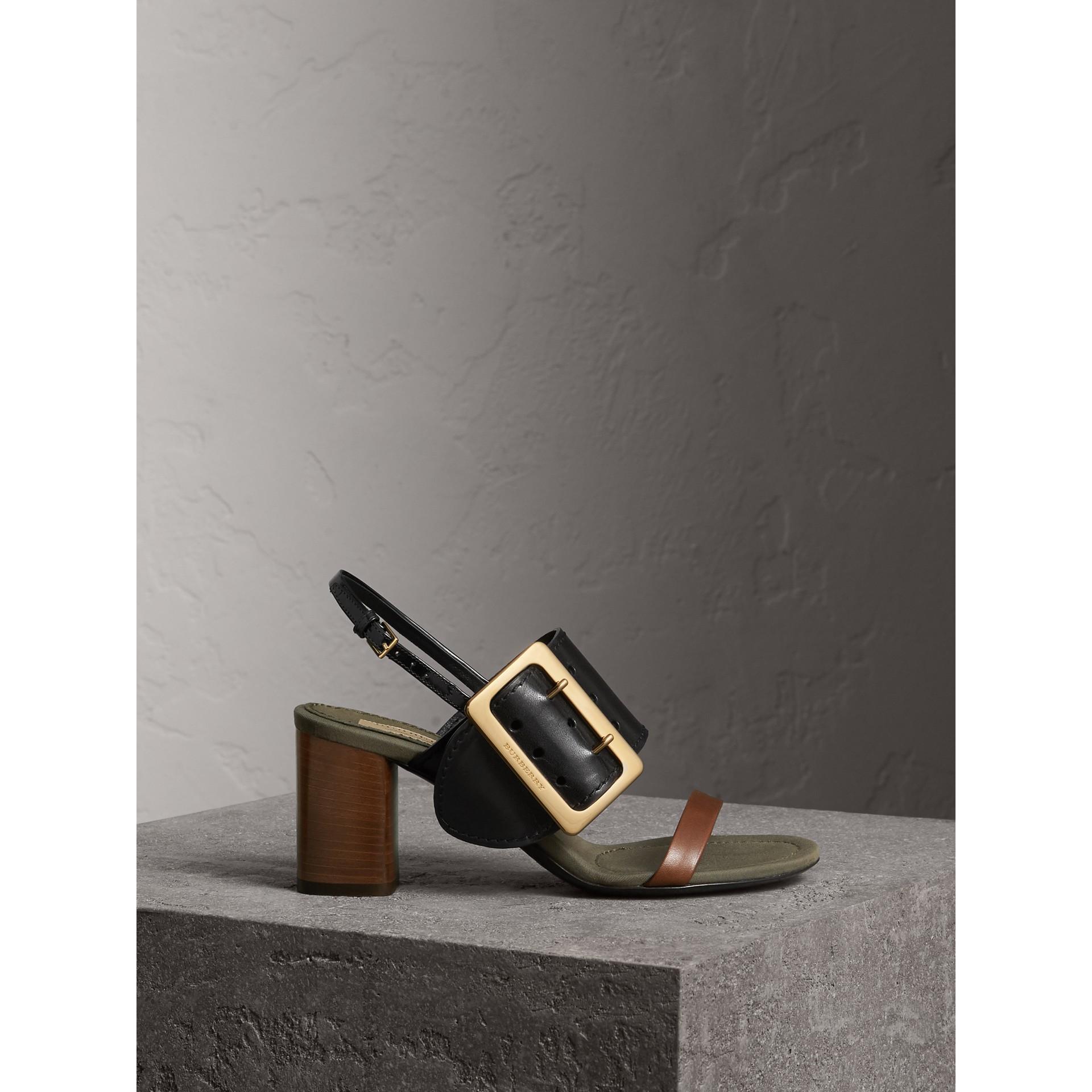 Sandalias en piel con detalle de hebilla grande (Negro) - Mujer | Burberry - imagen de la galería 1