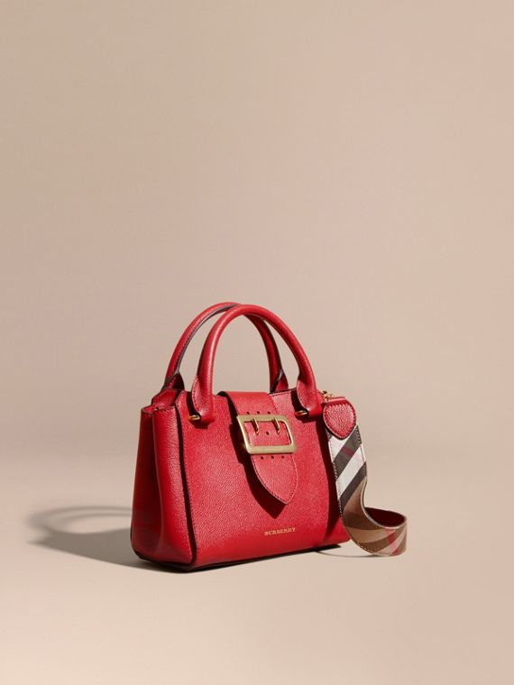 The Small Buckle Tote aus genarbtem Leder Paraderot