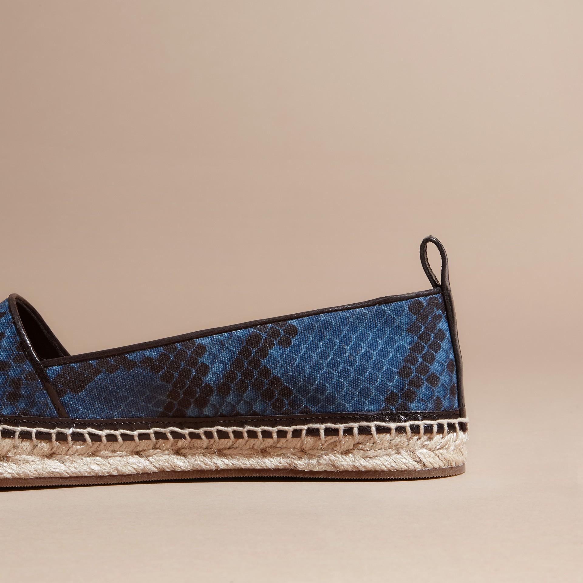 Bleu minéral Espadrilles en cuir et coton à imprimé python avec pampilles Bleu Minéral - photo de la galerie 4