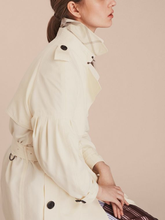 Trench coat oversize de seda com mangas bufantes